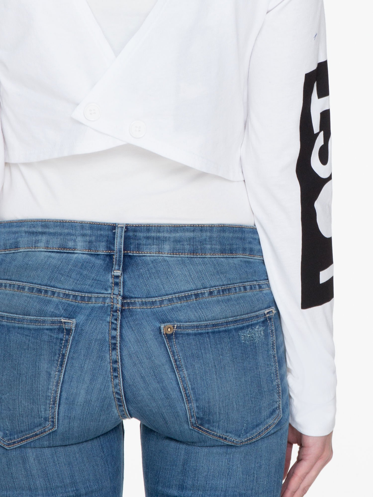 Biała bluzka cropped z nadrukiem na rękawie i plecami cut out                                  zdj.                                  6