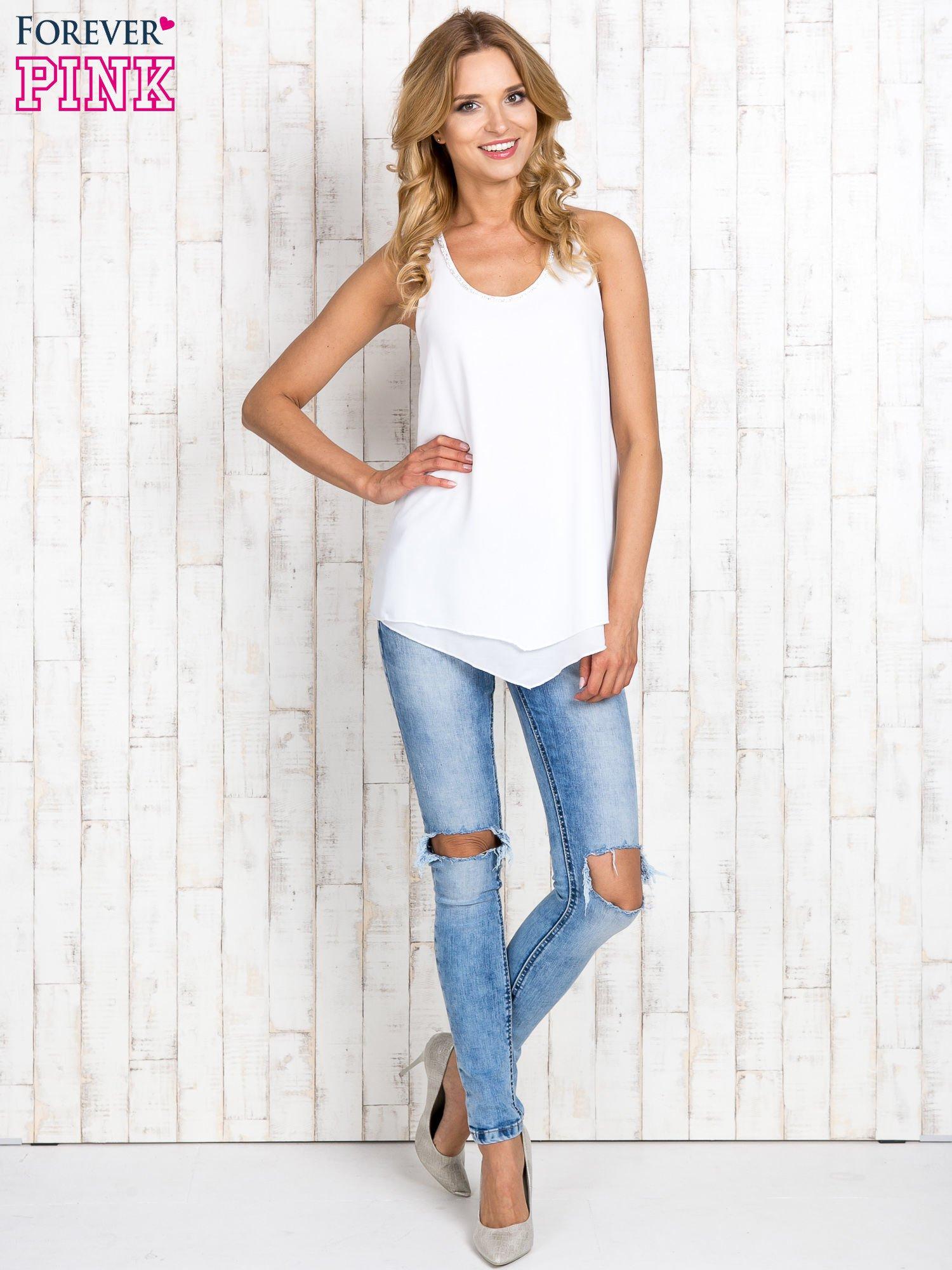 Biała bluzka koszulowa z aplikacją przy dekolcie                                  zdj.                                  2