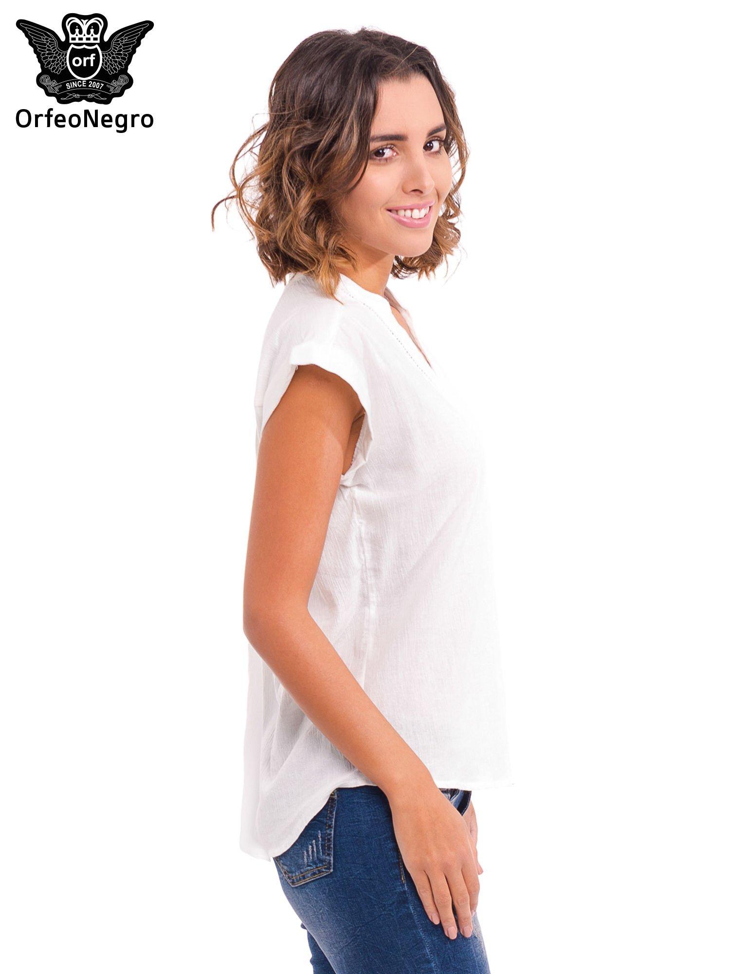 Biała bluzka koszulowa z ażurowaniem wzdłuż dekoltu                                  zdj.                                  3