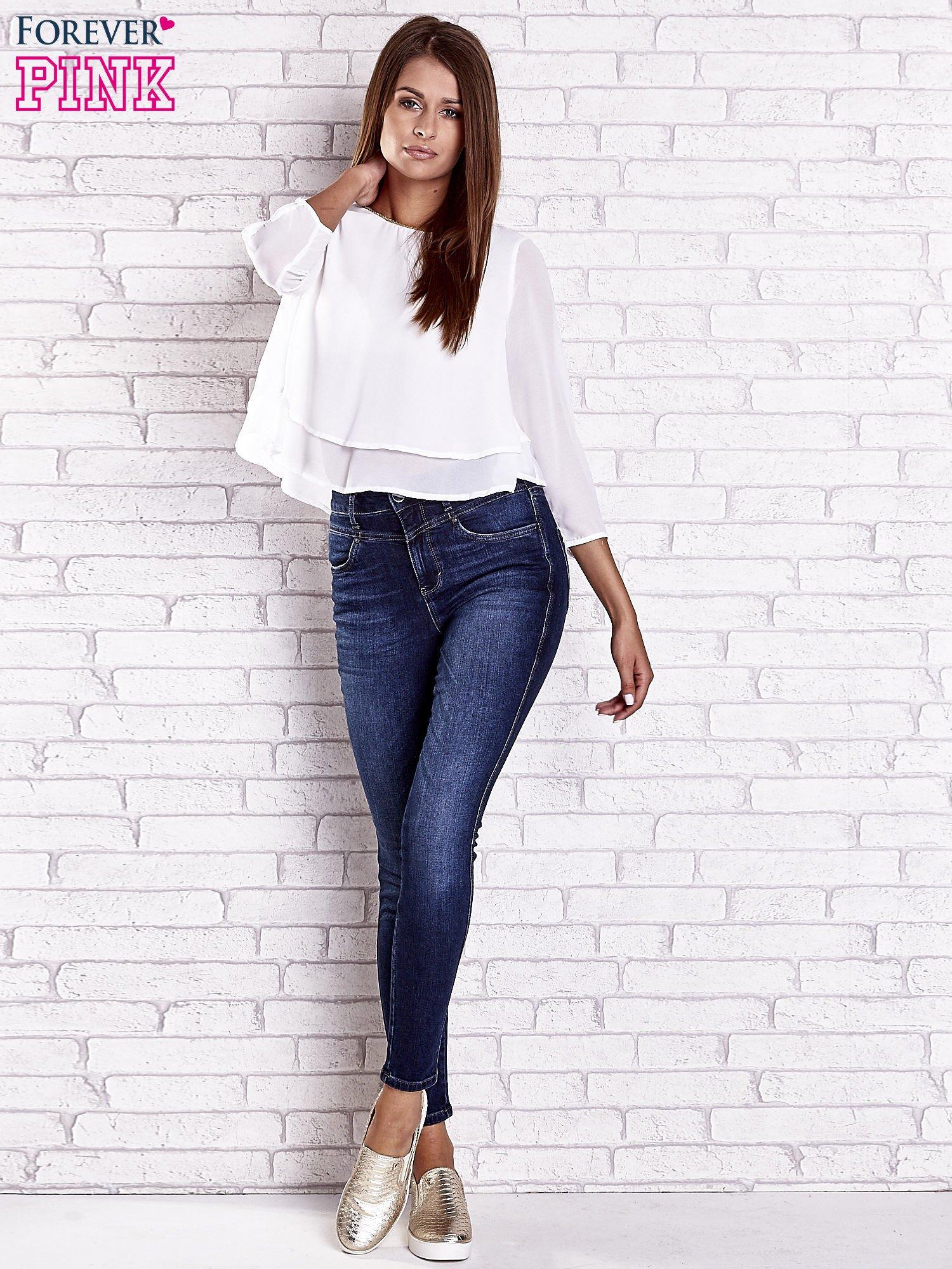 Biała bluzka koszulowa z biżuteryjnym dekoltem                                  zdj.                                  2