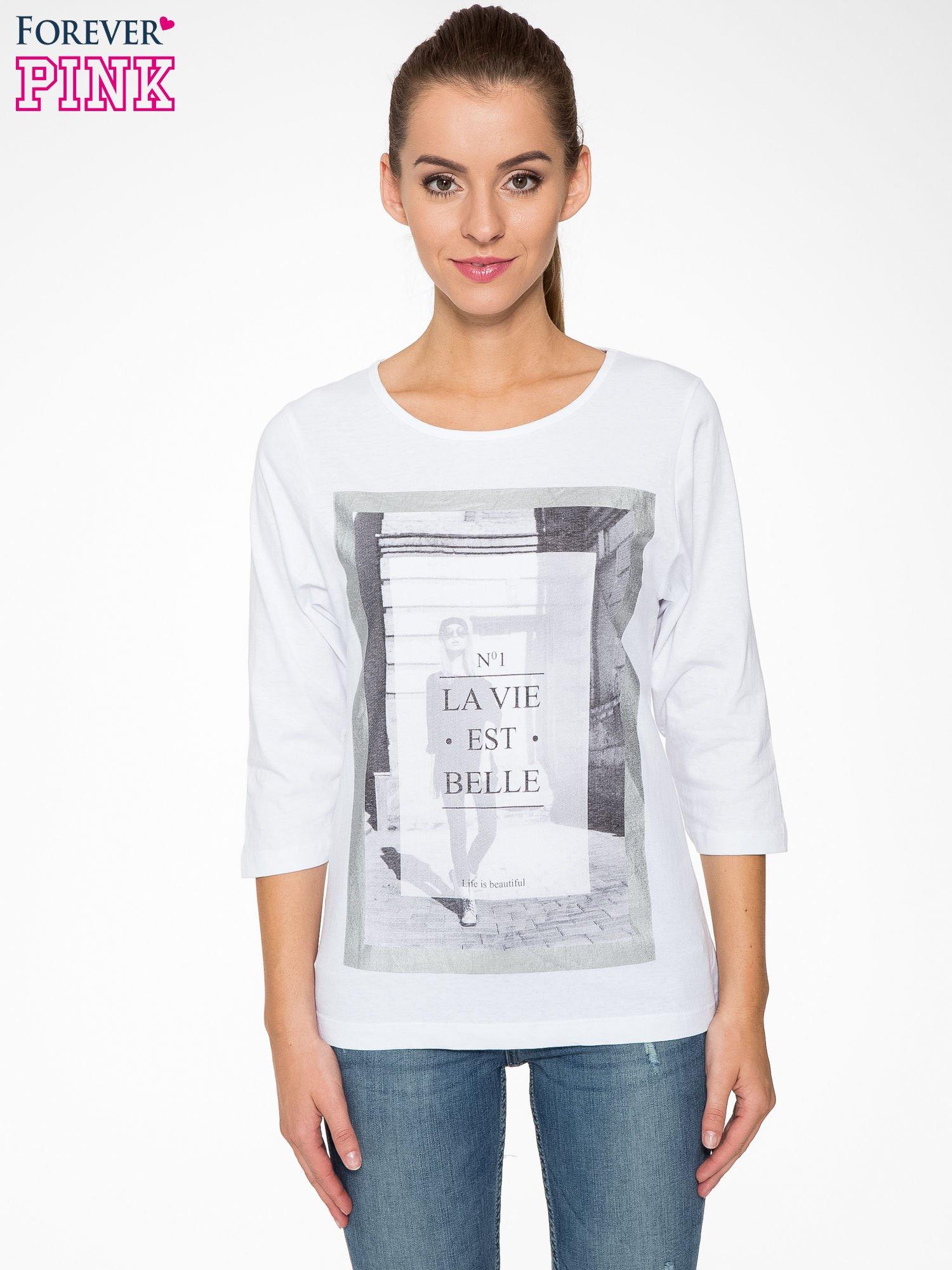 Biała bluzka w stylu fashion z nadrukiem LA VIE EST BELLE                                  zdj.                                  1