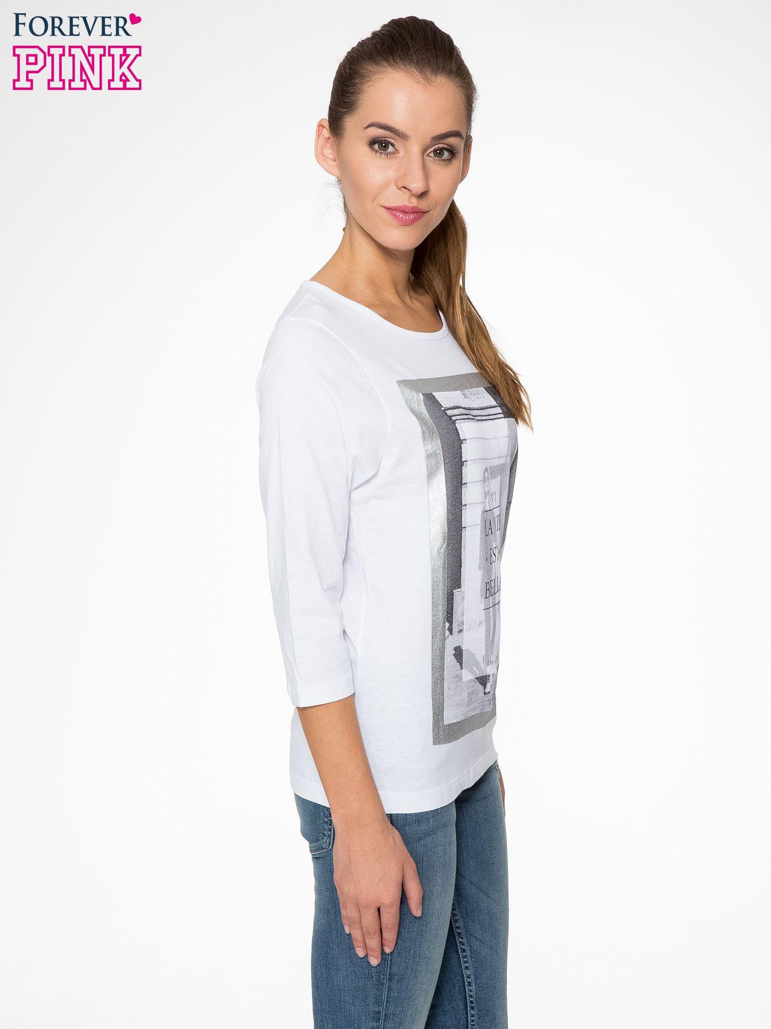 Biała bluzka w stylu fashion z nadrukiem LA VIE EST BELLE                                  zdj.                                  3