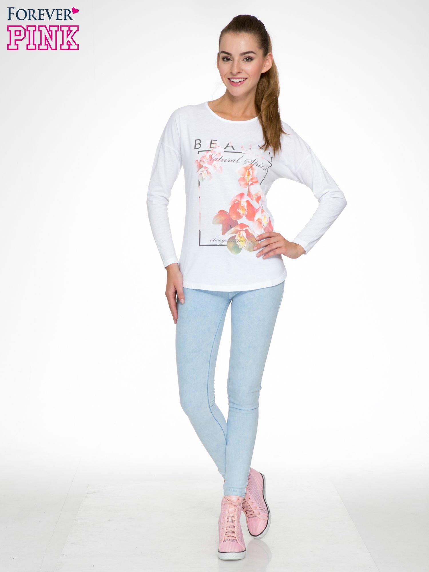 Biała bluzka z nadrukiem kwiatowym i napisem BEAUTY                                  zdj.                                  2