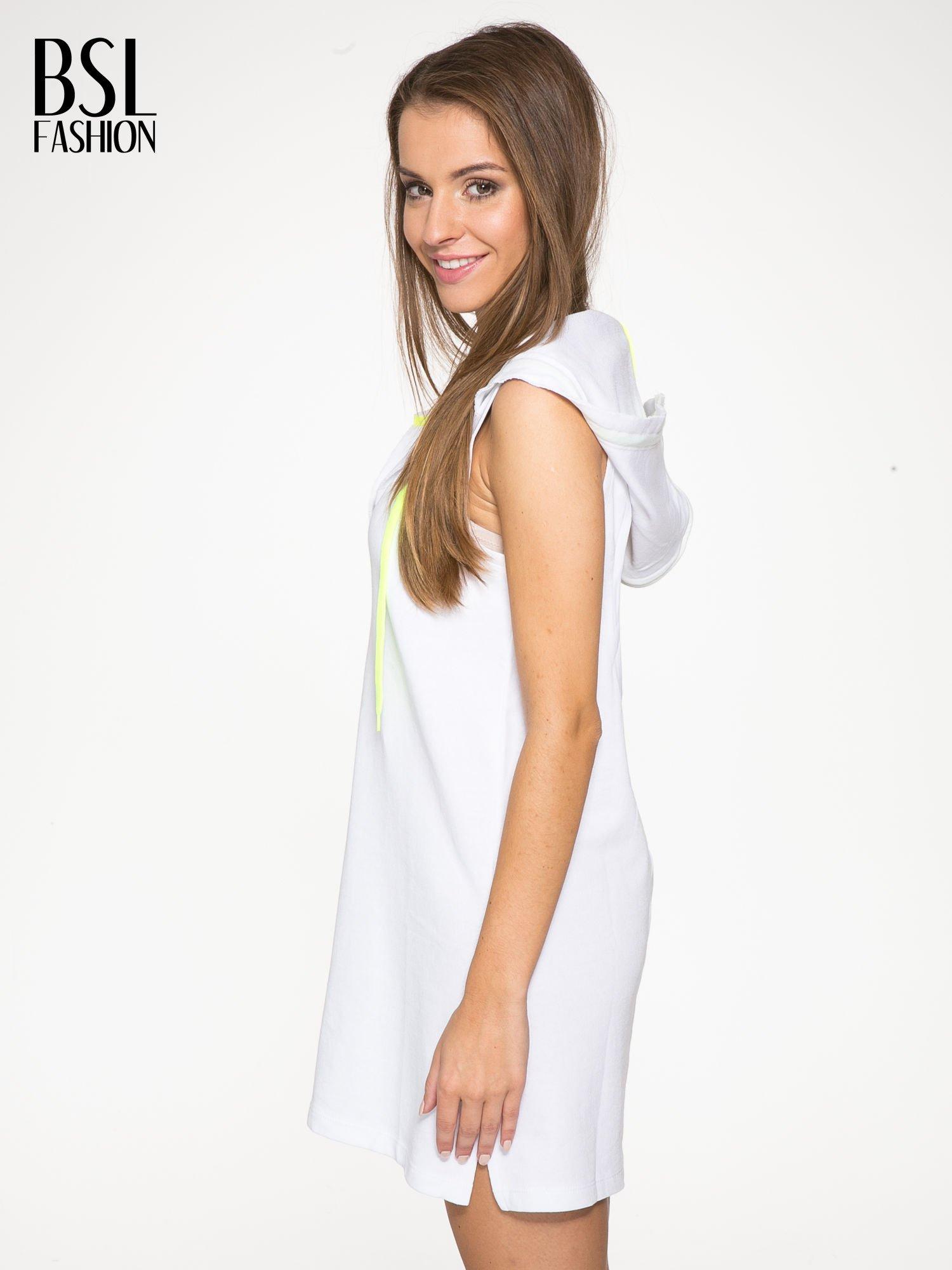 Biała bluzosukienka z kapturem i wycięciem na plecach                                  zdj.                                  4