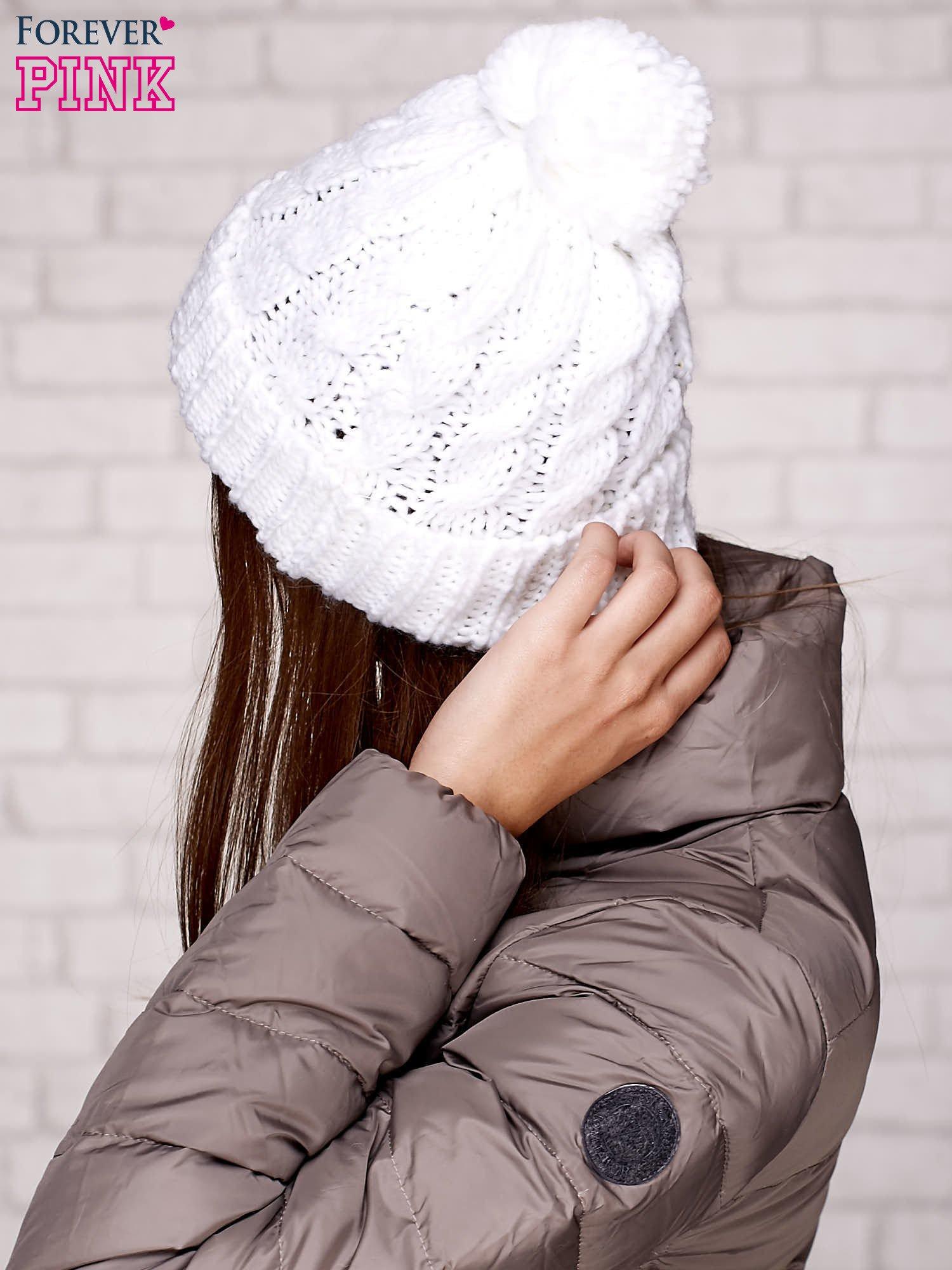 Biała dziergana czapka z pomponem                                  zdj.                                  2