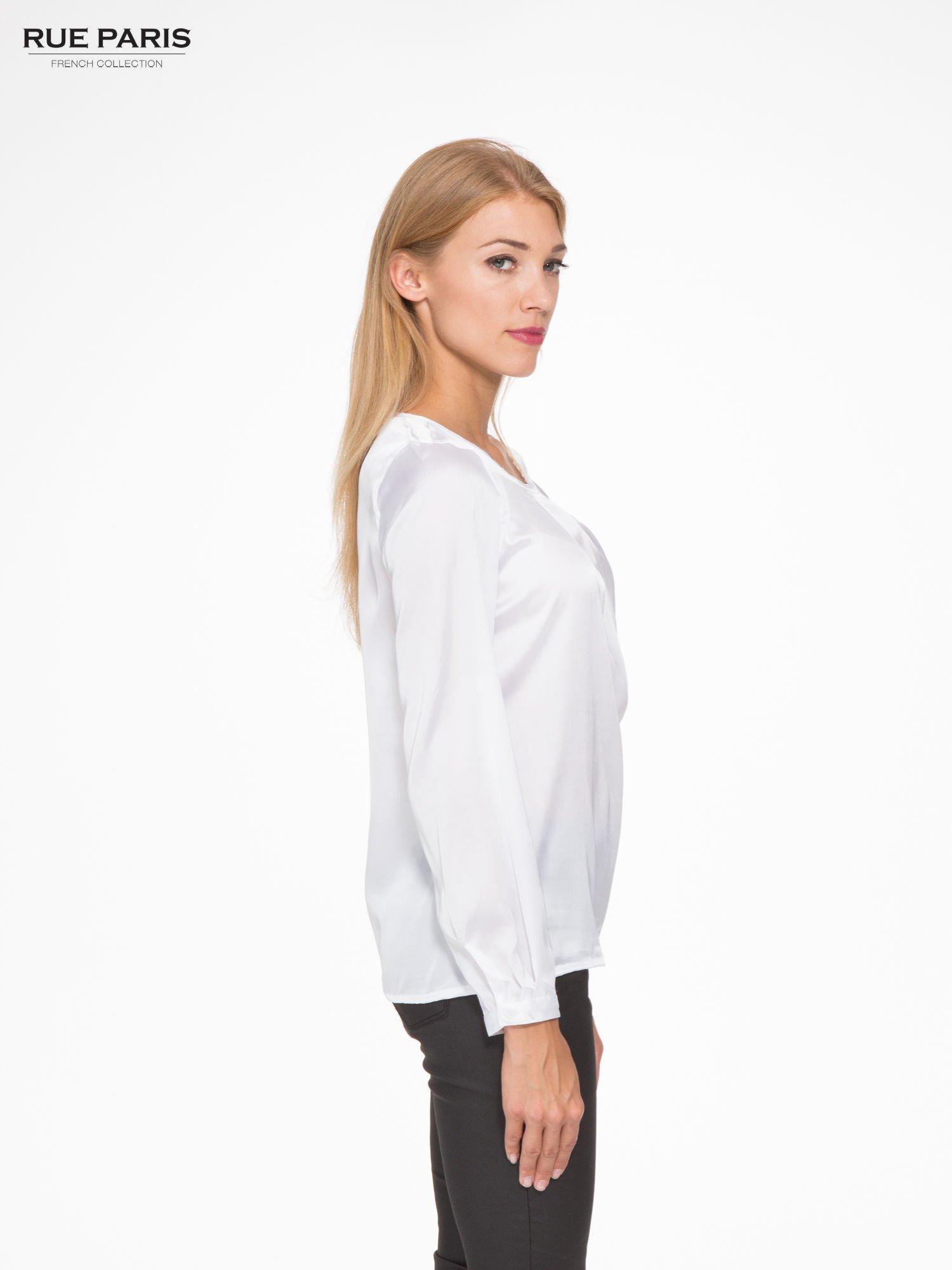 Biała elegancka atłasowa koszula z zakładkami przy dekolcie                                  zdj.                                  3