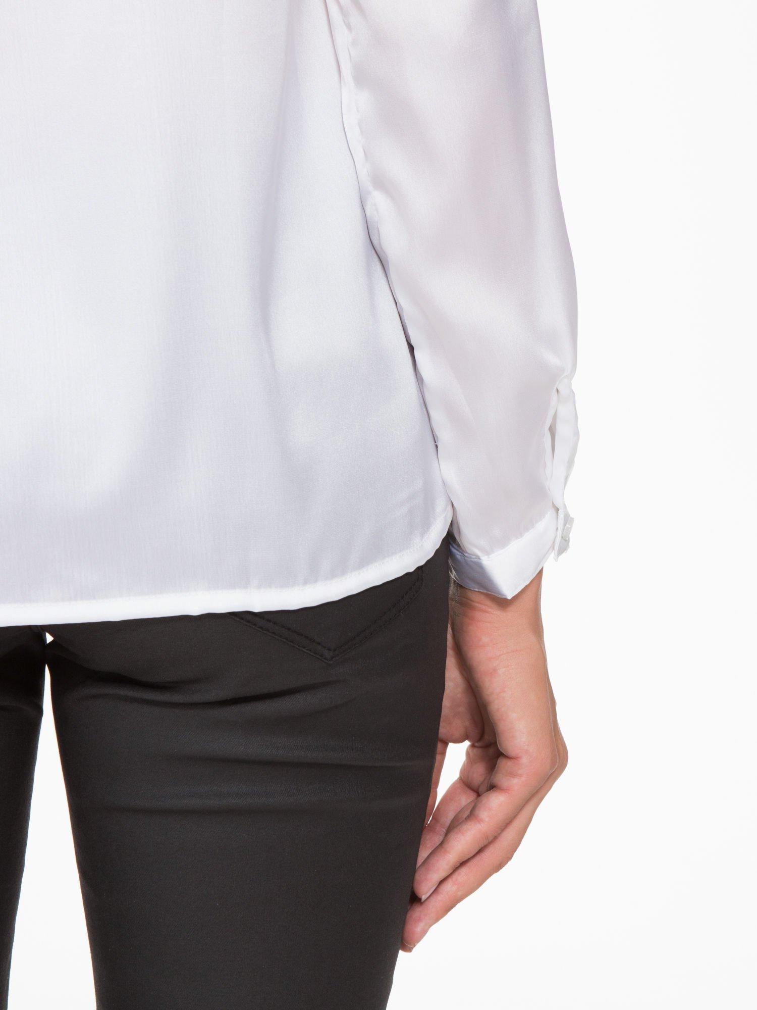Biała elegancka atłasowa koszula z zakładkami przy dekolcie                                  zdj.                                  10