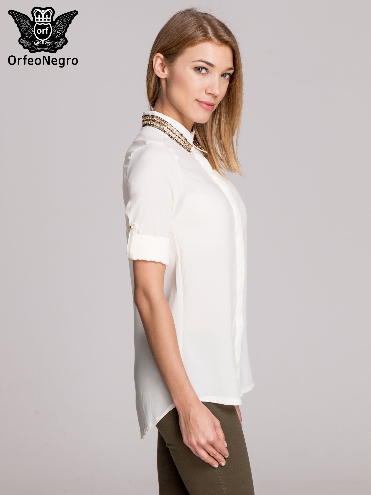 Biała elegancka koszula z kołnierzykiem z łańcuszkami                                  zdj.                                  5