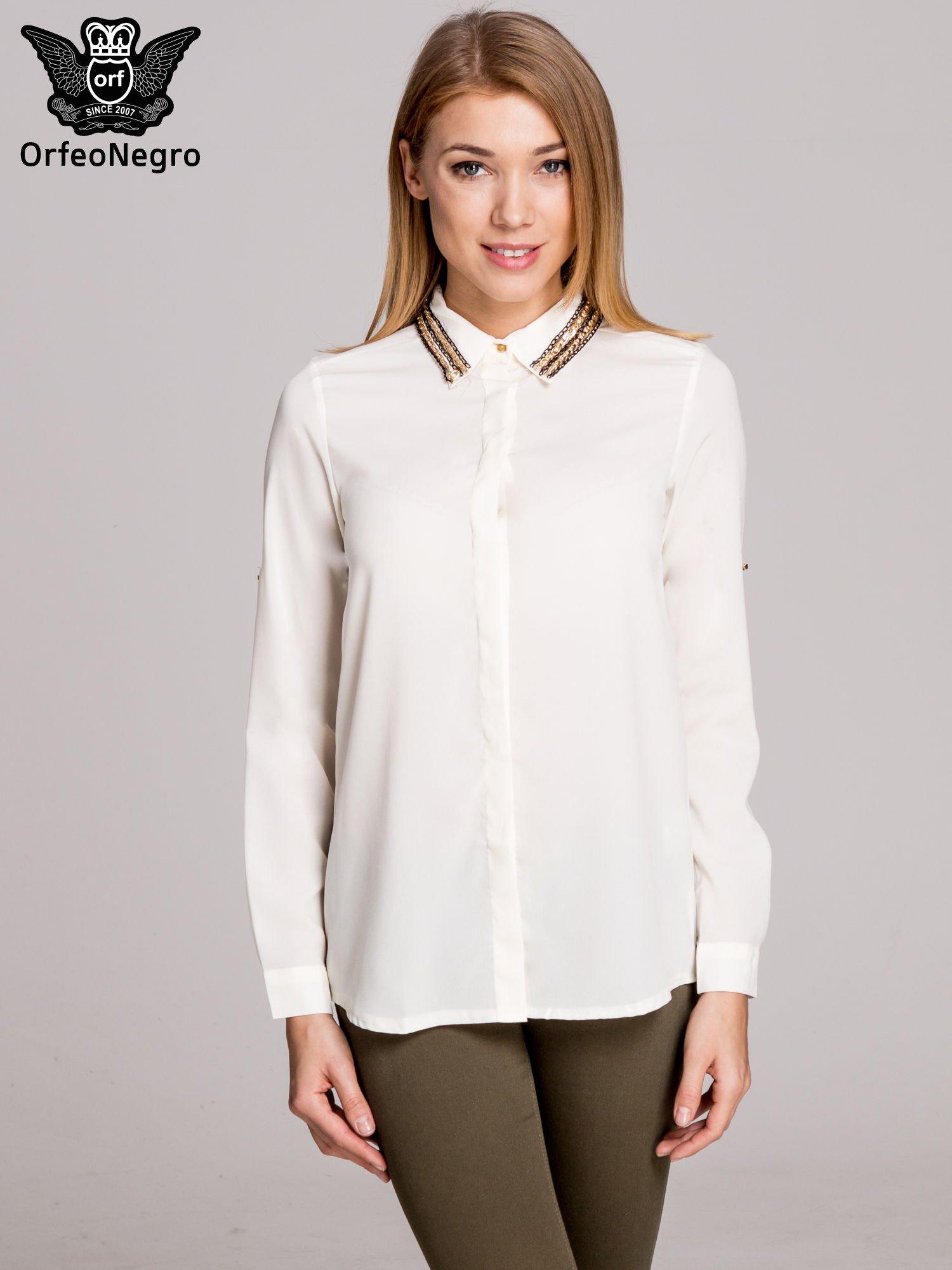 Biała elegancka koszula z kołnierzykiem z łańcuszkami                                  zdj.                                  1