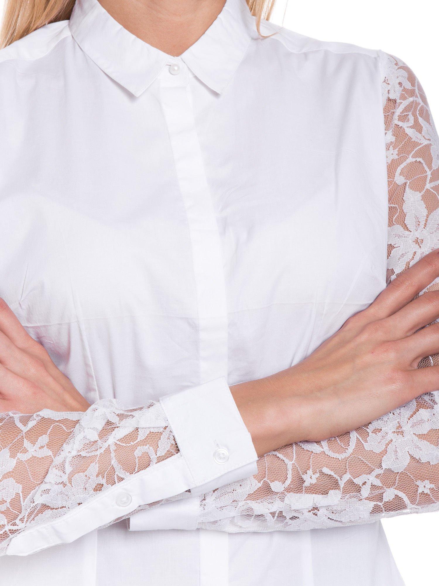 Biała elegancka koszula z koronkowymi rękawami                                  zdj.                                  6