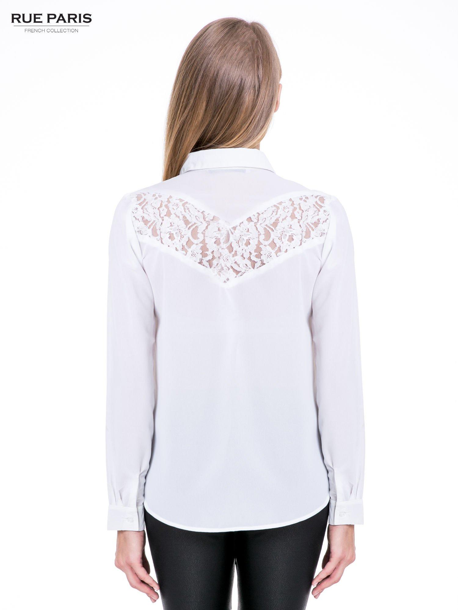 Biała koszula z koronkową wstawką na górze                                  zdj.                                  2