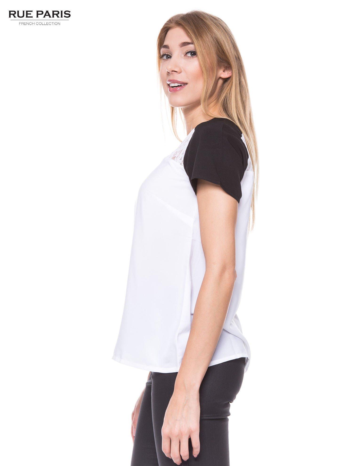 Biała koszula z koronkowym karczkiem i kontrastowymi rękawami                                  zdj.                                  2