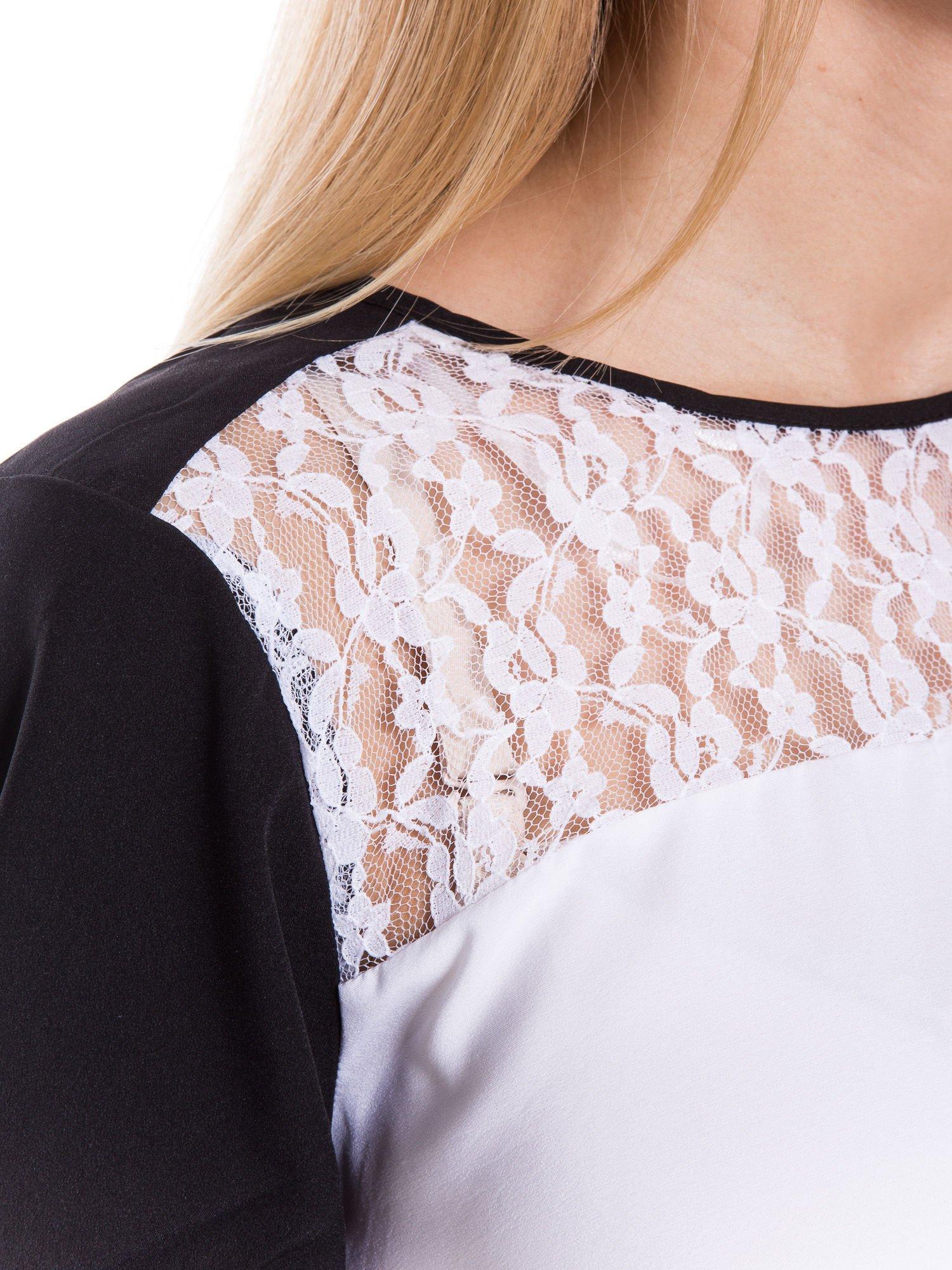Biała koszula z koronkowym karczkiem i kontrastowymi rękawami                                  zdj.                                  4