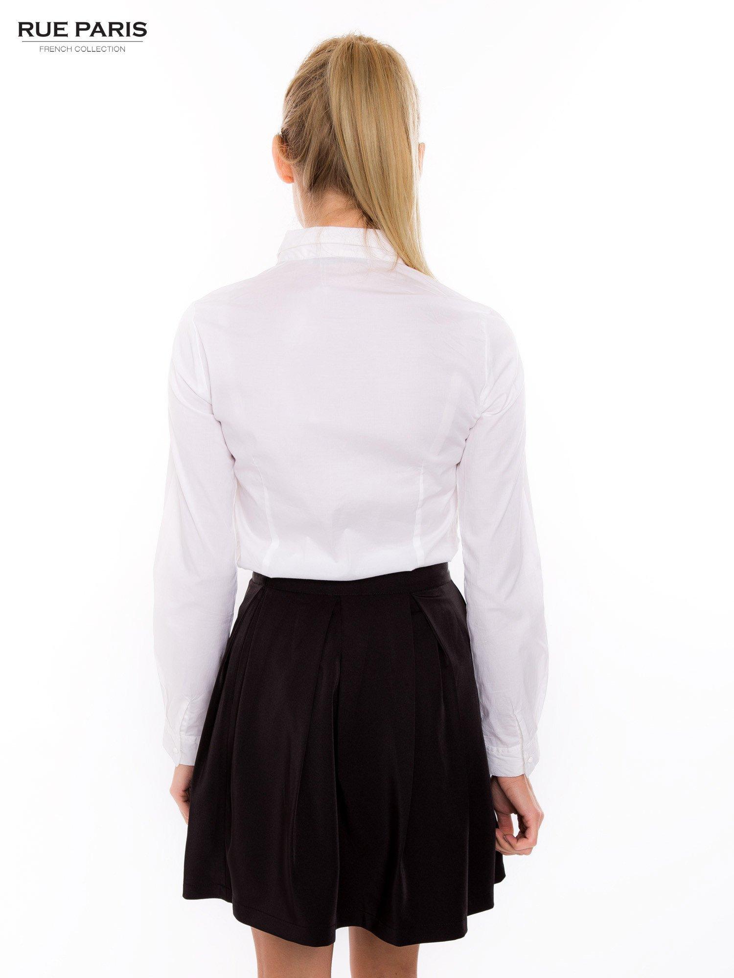 Biała koszula z krytą listwą i guzikami perełkami                                  zdj.                                  4
