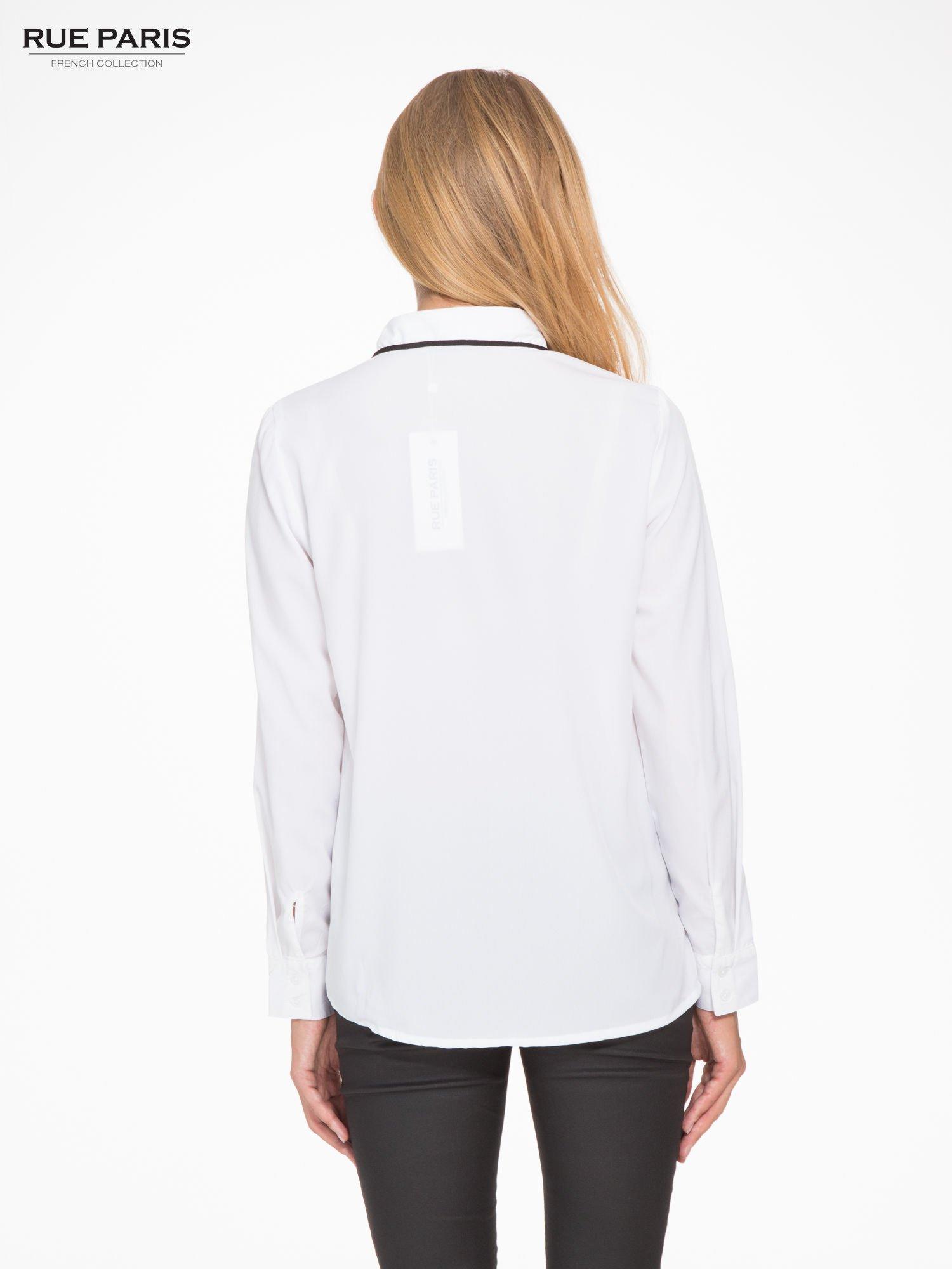 Biała koszula z małym kołnierzykiem i kontrastowym obszyciem                                  zdj.                                  4
