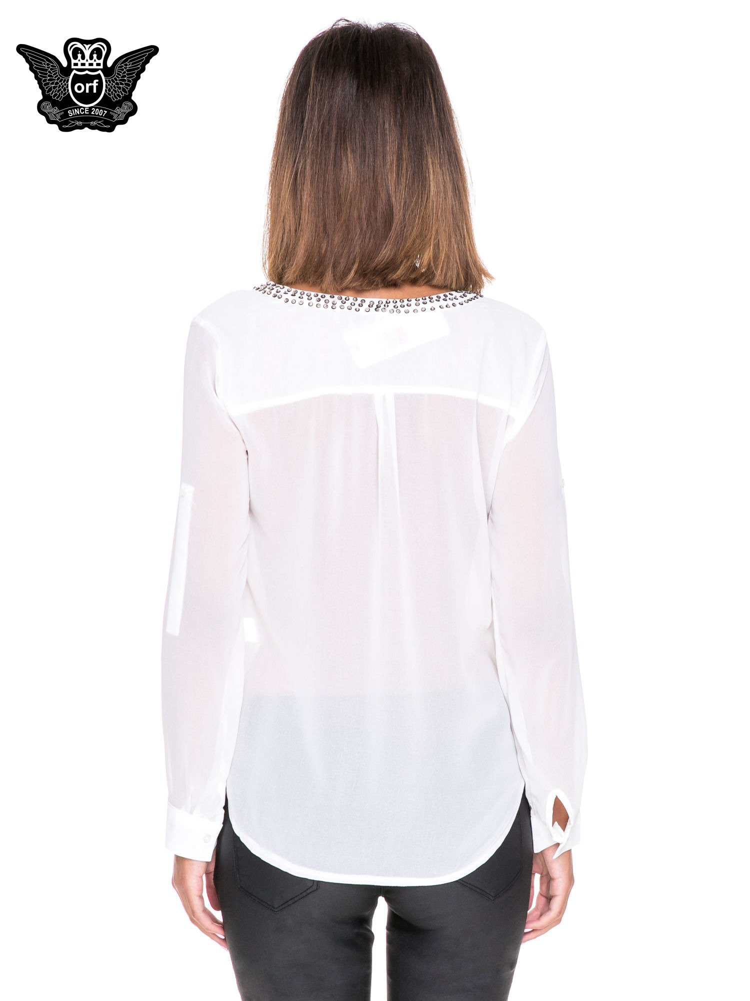 Biała koszula z transparentnymi rękawami i dżetami przy dekolcie                                  zdj.                                  4