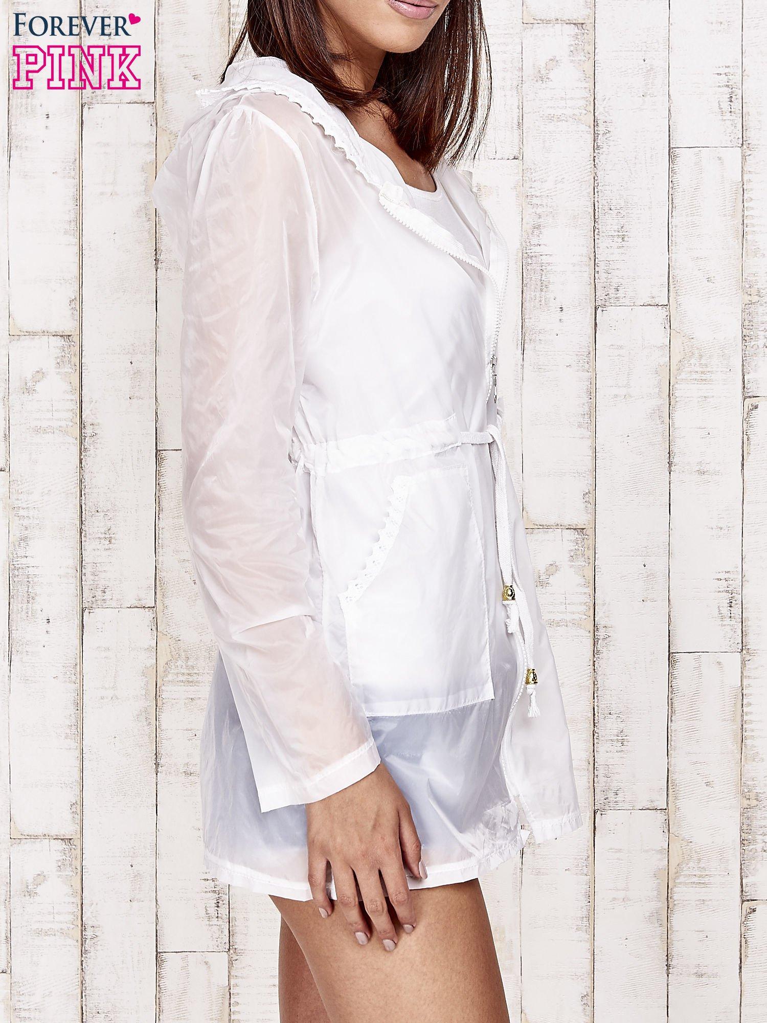 Biała kurtka wiatrówka z koronkowym wykończeniem                                  zdj.                                  4