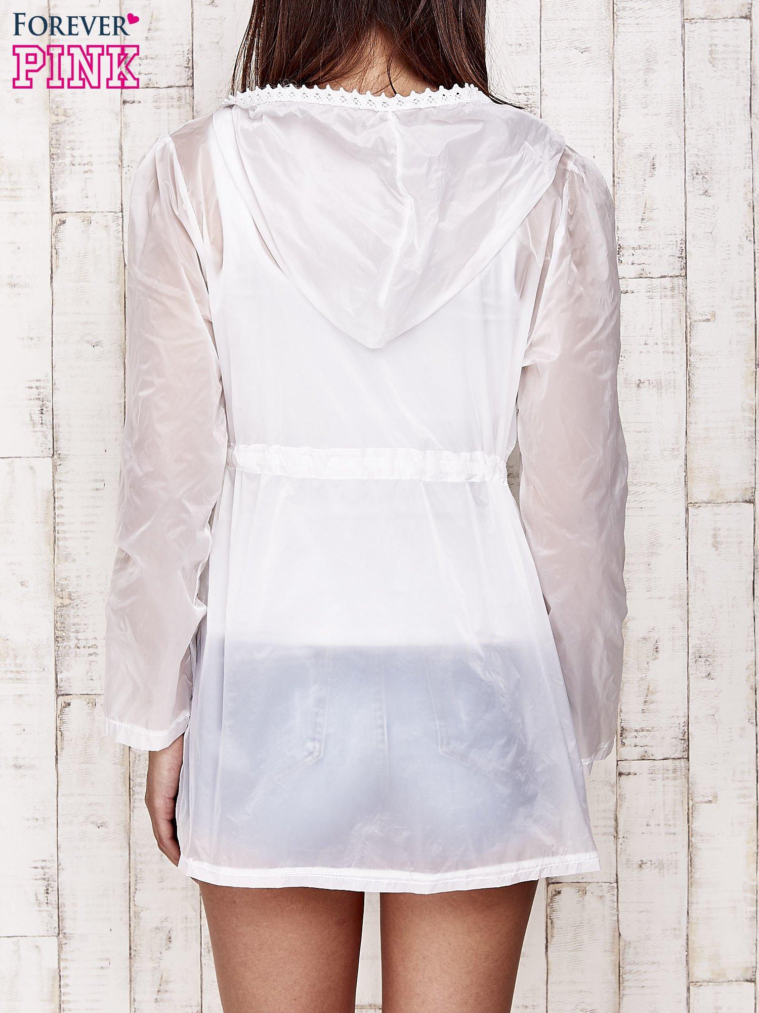 Biała kurtka wiatrówka z koronkowym wykończeniem                                  zdj.                                  5