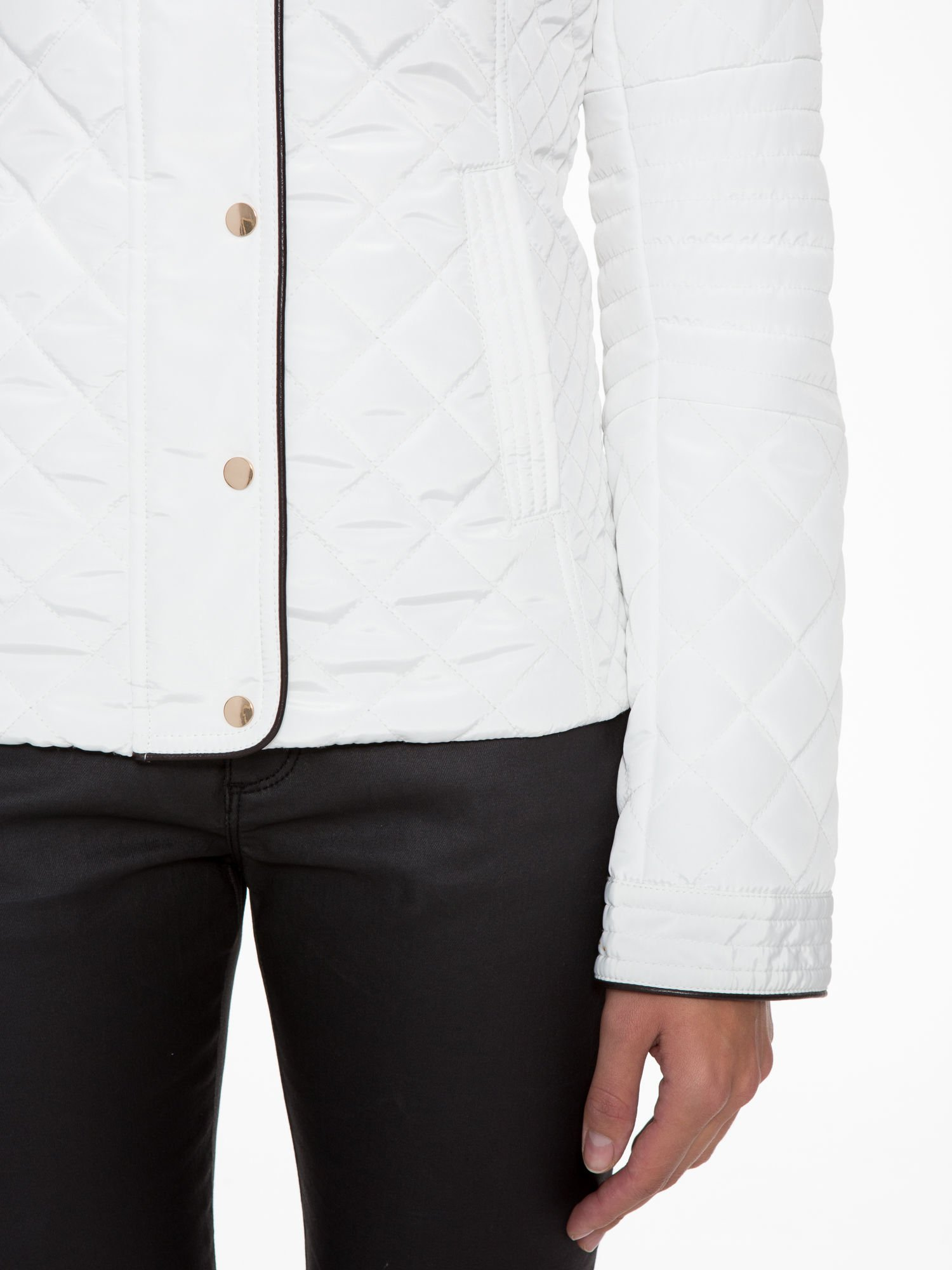 Biała pikowana kurtka ze skórzaną lamówką                                  zdj.                                  9