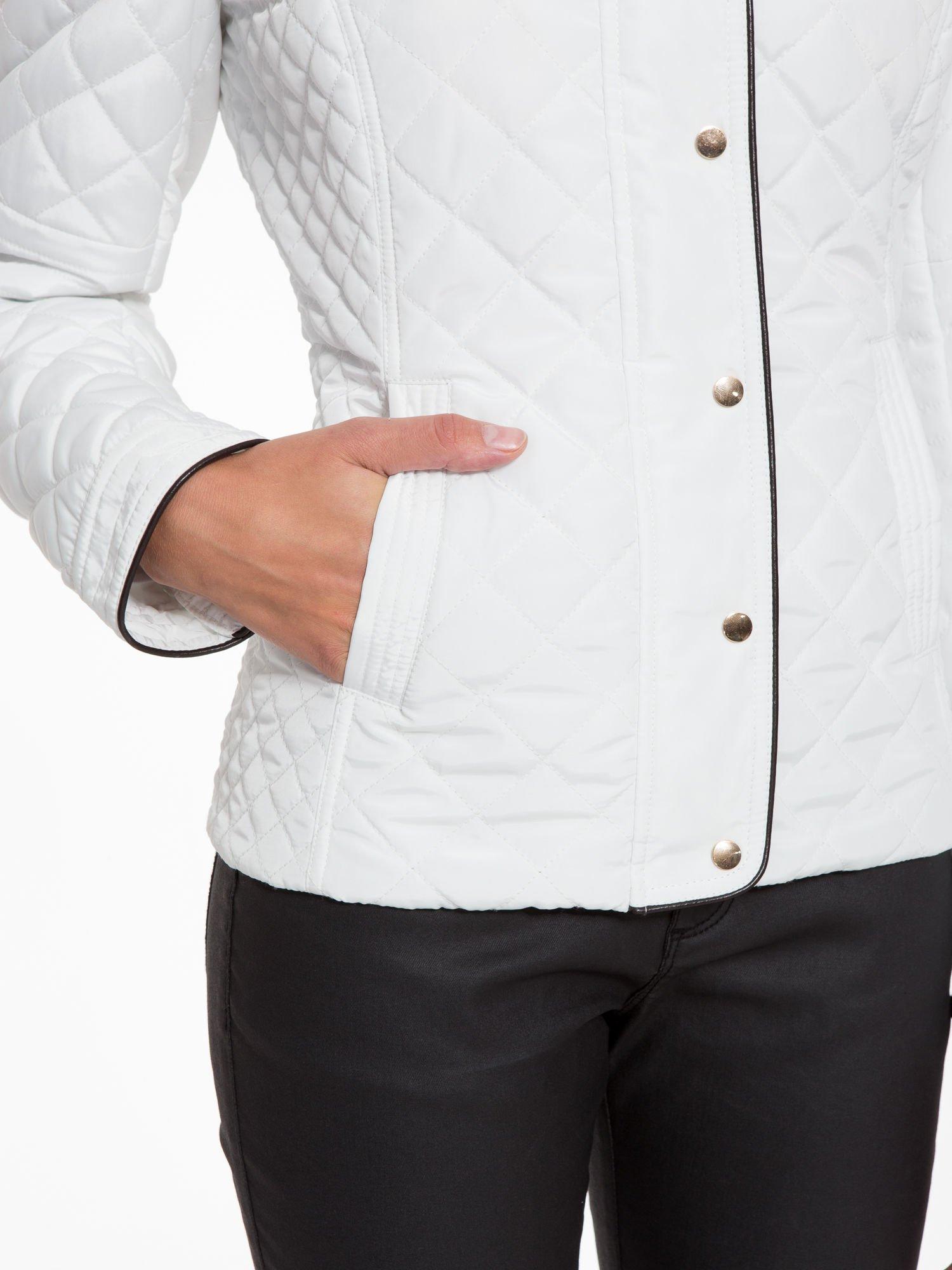Biała pikowana kurtka ze skórzaną lamówką                                  zdj.                                  10