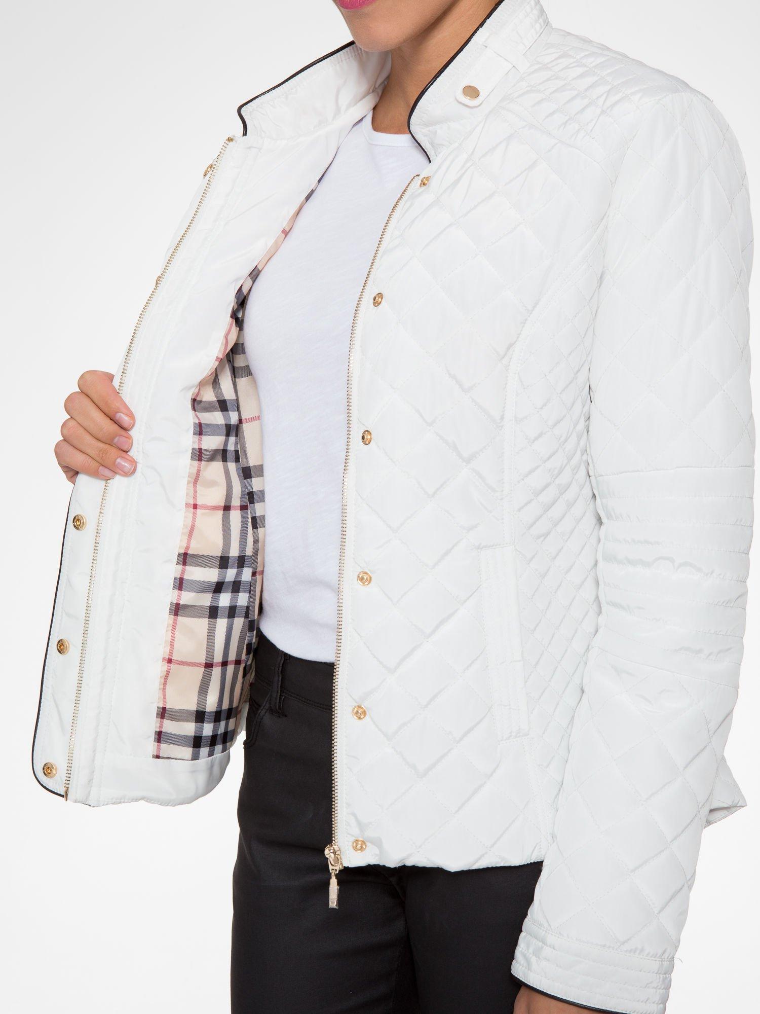 Biała pikowana kurtka ze skórzaną lamówką                                  zdj.                                  13