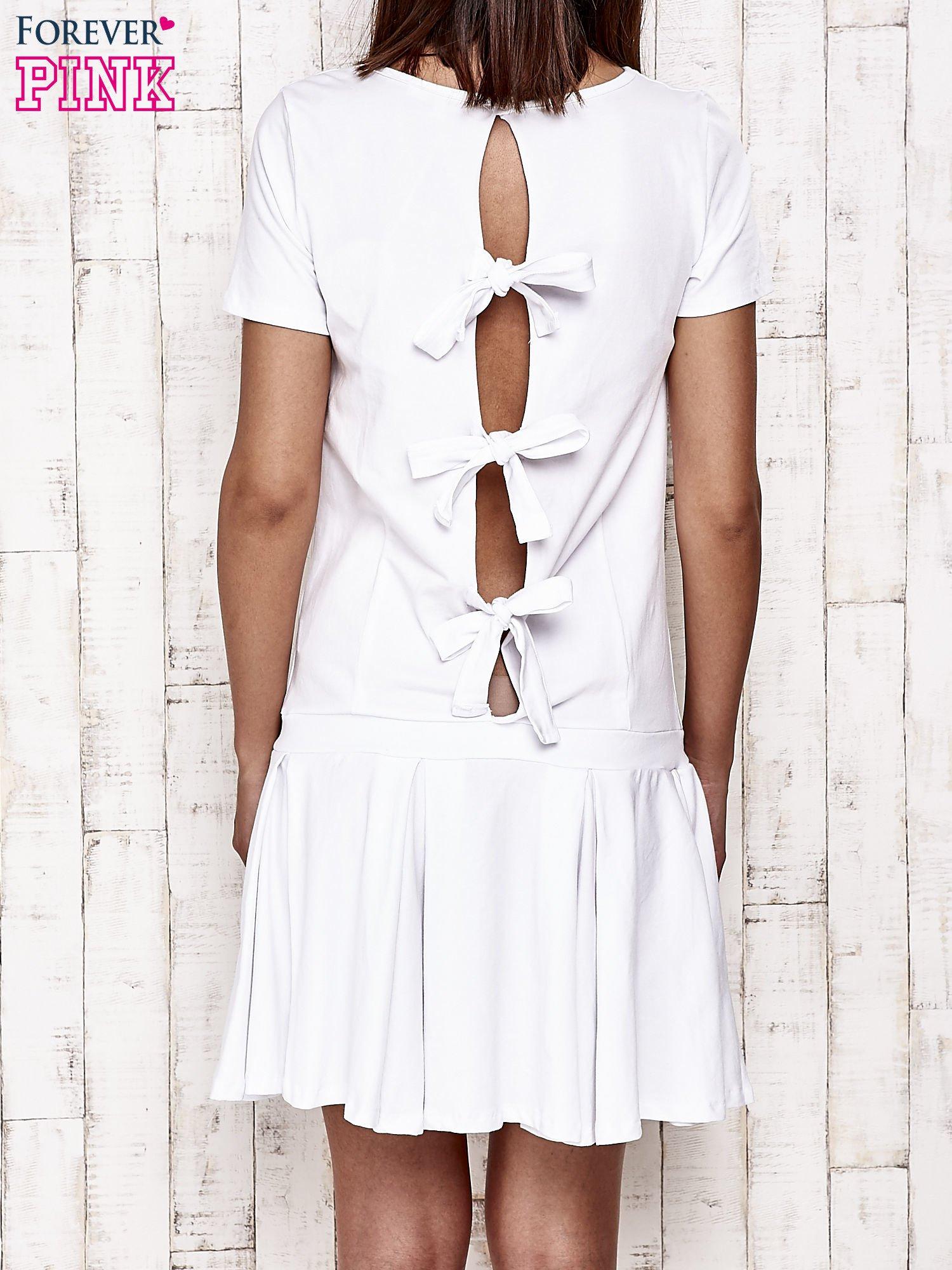 Biała sukienka dresowa z kokardami z tyłu                                  zdj.                                  2