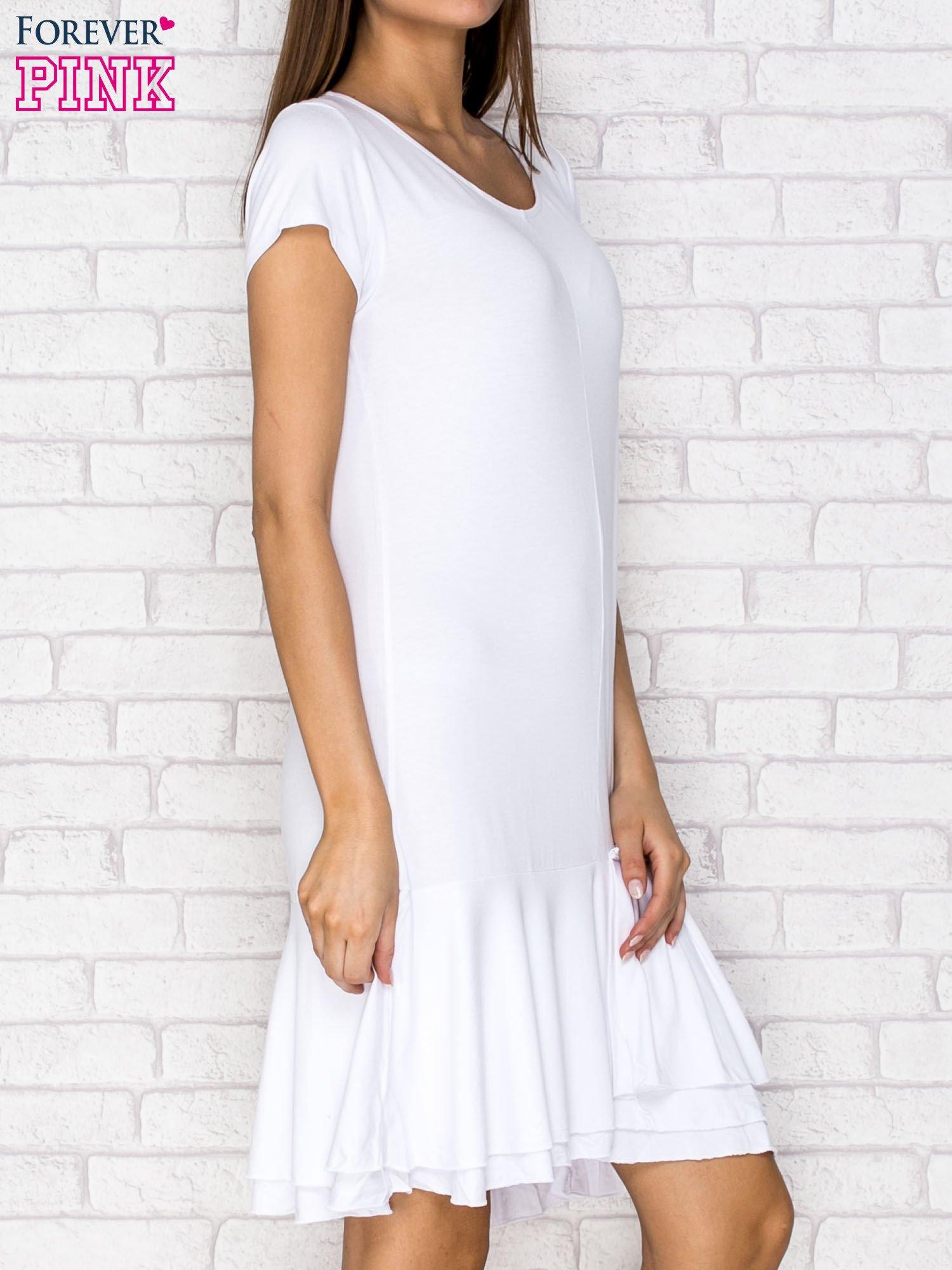 Biała sukienka dresowa z ozdobną falbaną                                  zdj.                                  3