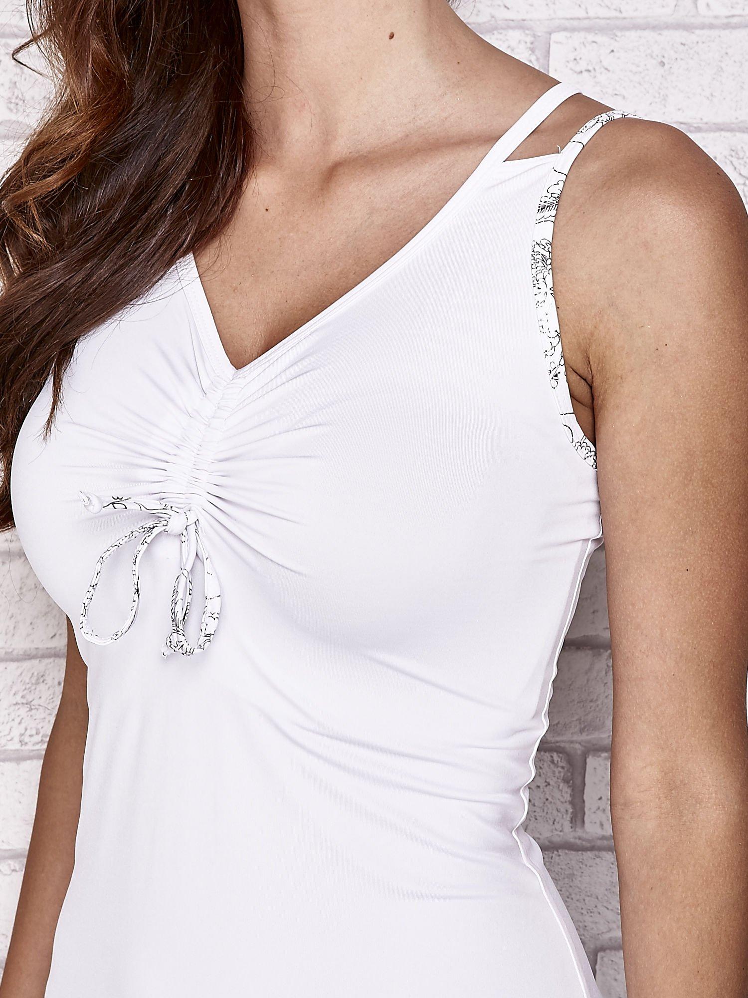 Biała sukienka sportowa z wiązaniem przy dekolcie                                  zdj.                                  5