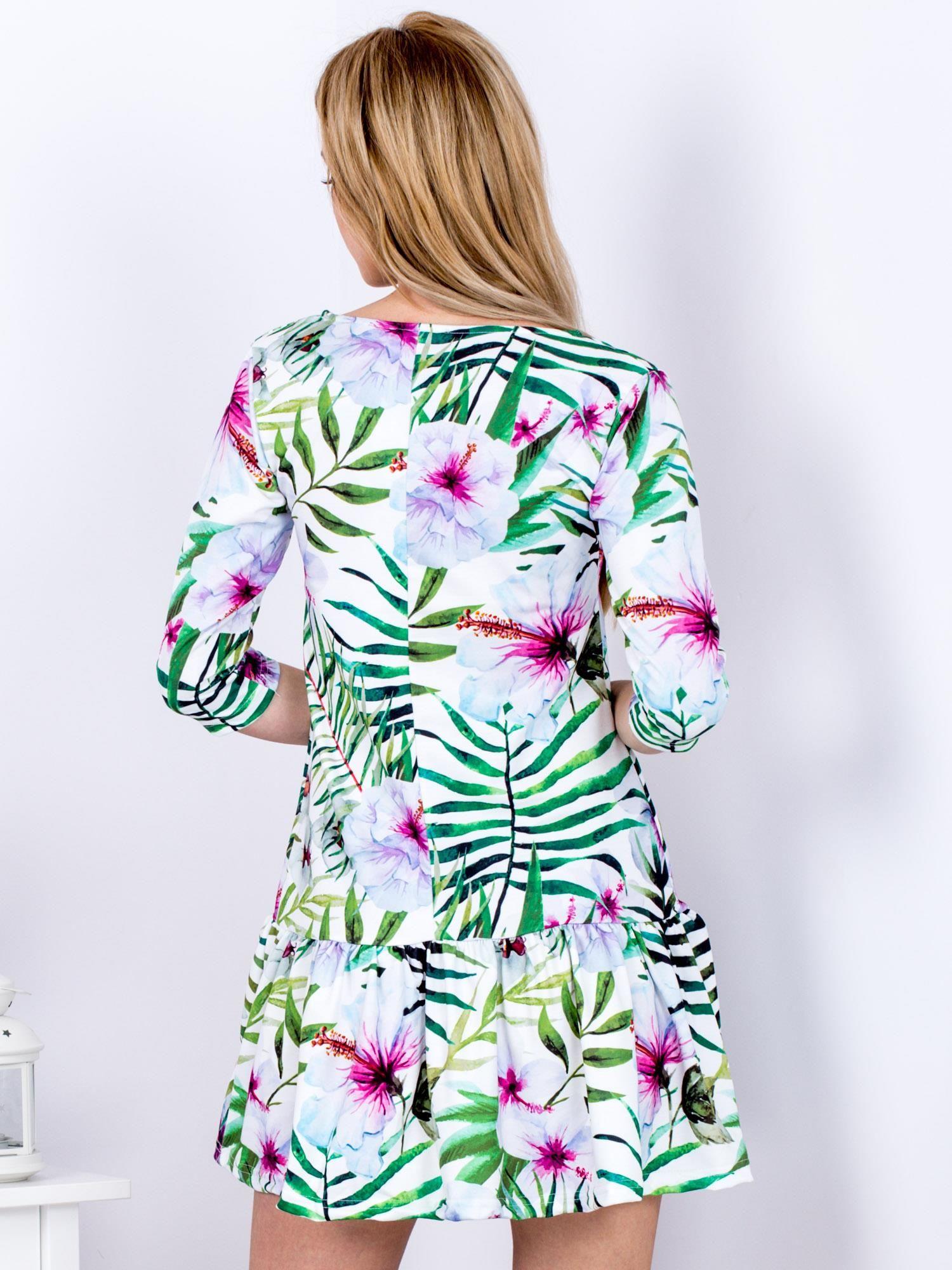 c81d70f6d6 Biała sukienka w egzotyczne printy z falbaną - Sukienka z falbaną - sklep  eButik.pl