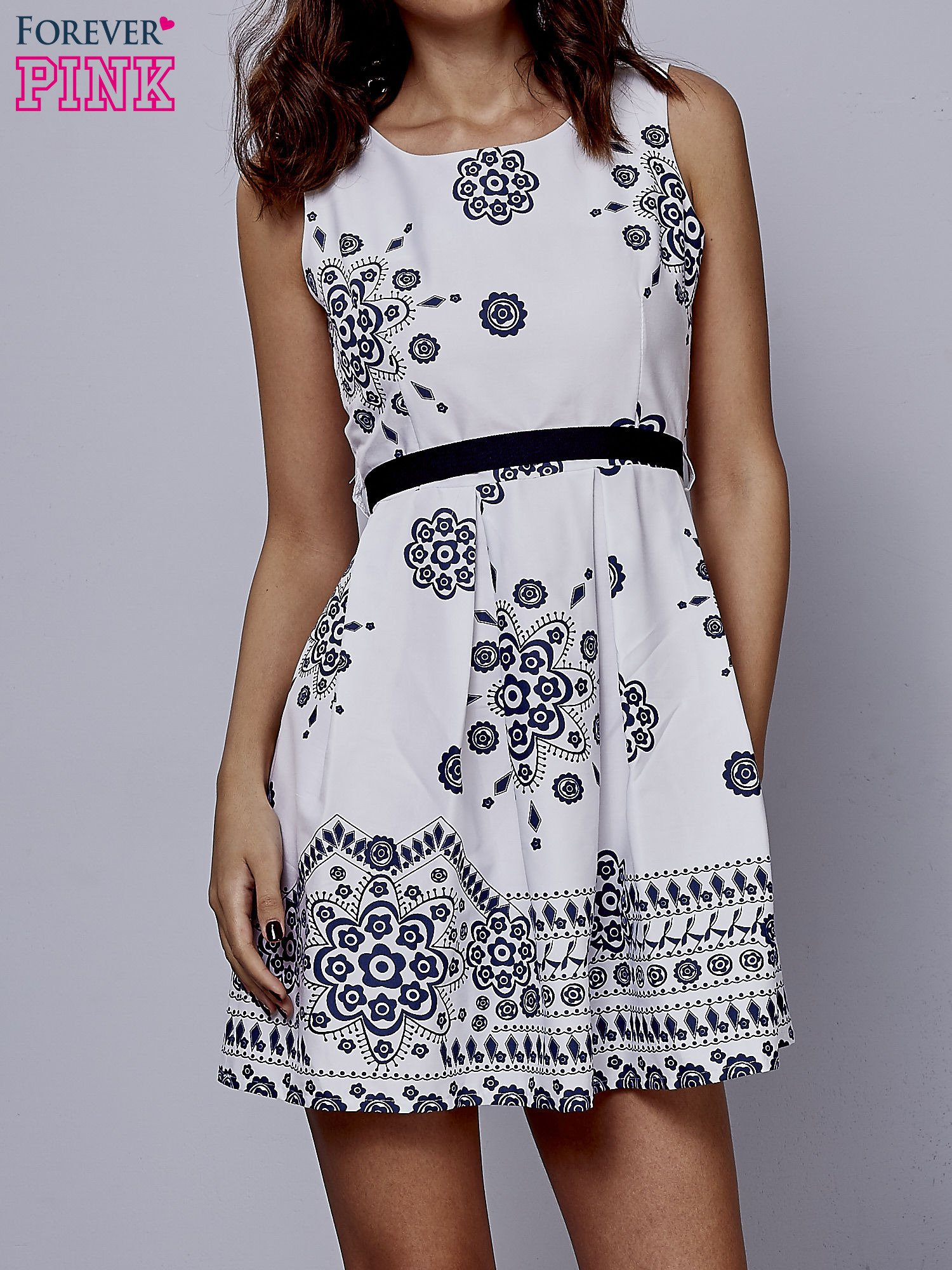 Biała sukienka w ornamenty wiązana na kokardę z tyłu                                  zdj.                                  1