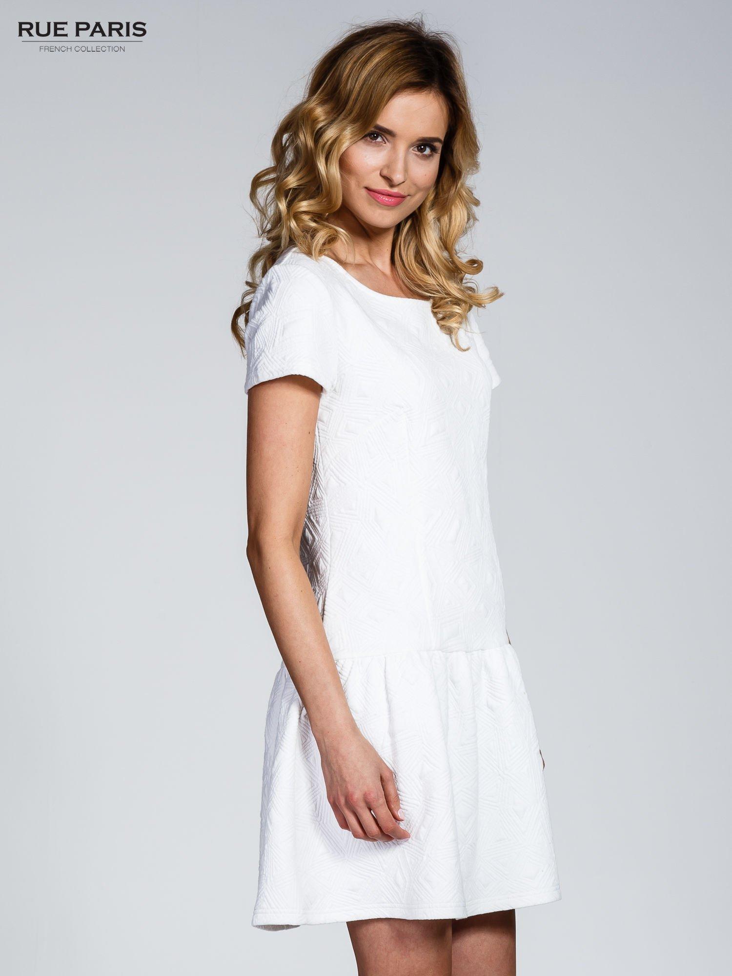Biała sukienka z falbaną wytłaczana w geometryczny wzór                                  zdj.                                  3