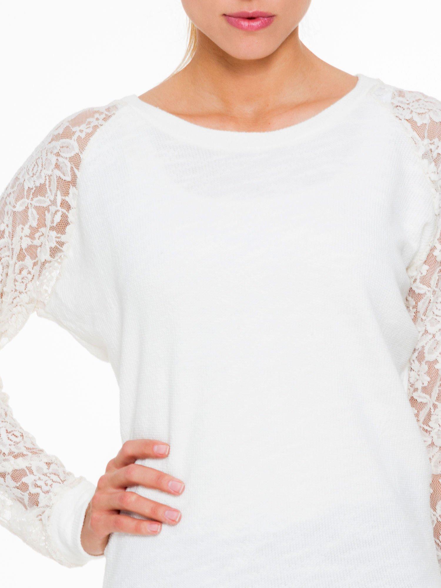 Biała swetrowa bluza z koronkowymi rękawami i rozcięciem na plecach                                  zdj.                                  5