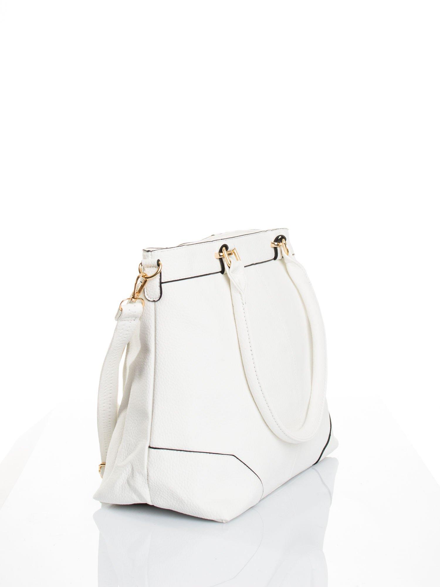 Biała torba na ramię ze złotymi okuciami                                  zdj.                                  4