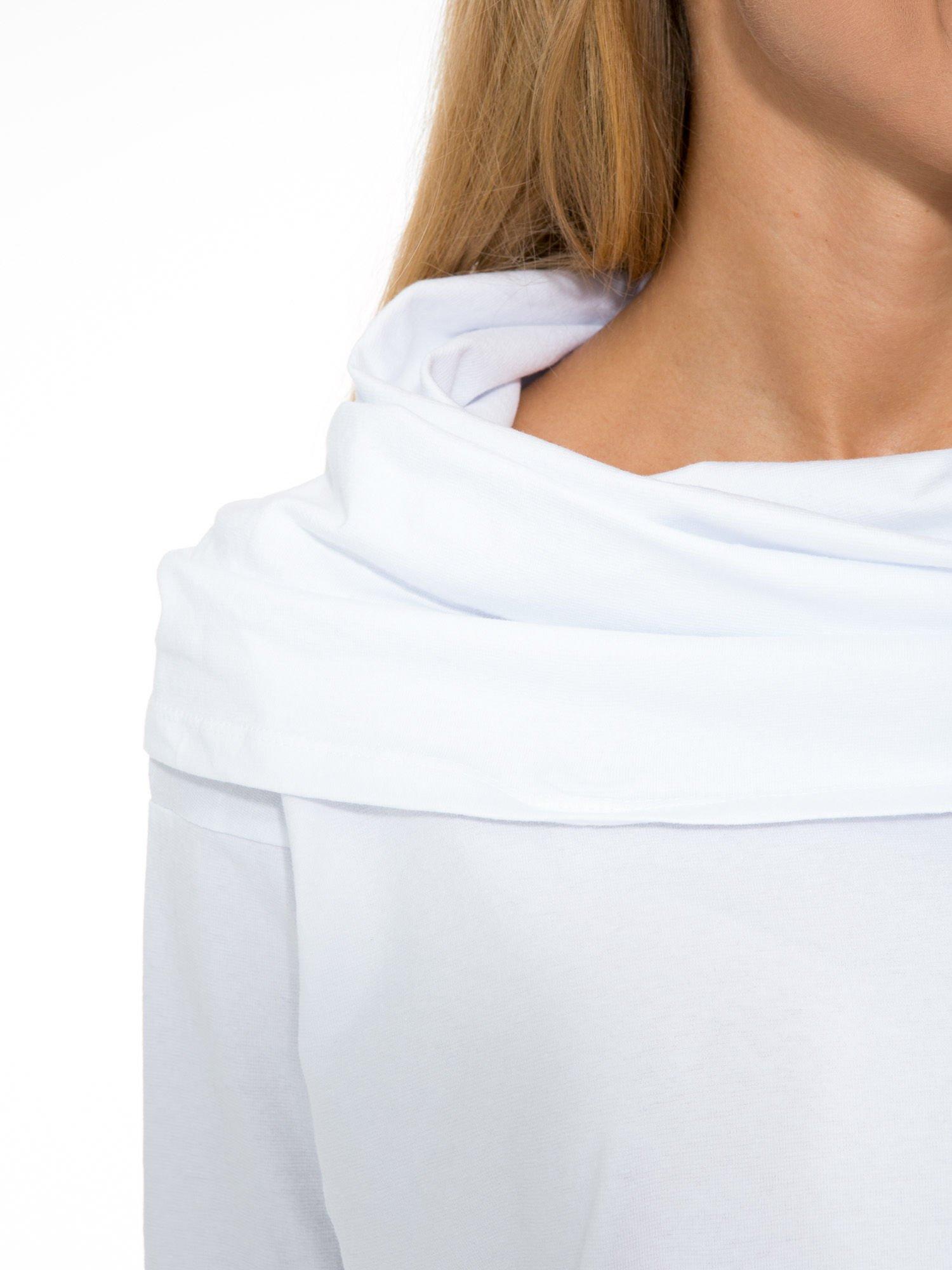 Biała tunika dresowa z kominokapturem i ściągaczem na dole                                  zdj.                                  7