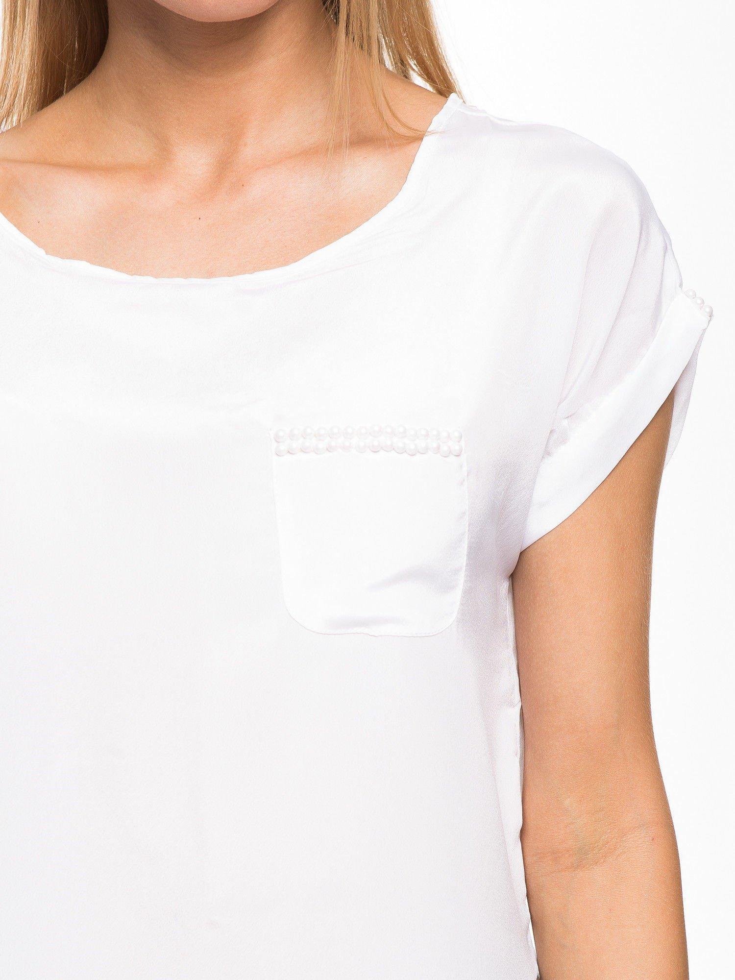 Biała zwiewna koszula z kieszonką obszytą perłami                                  zdj.                                  5