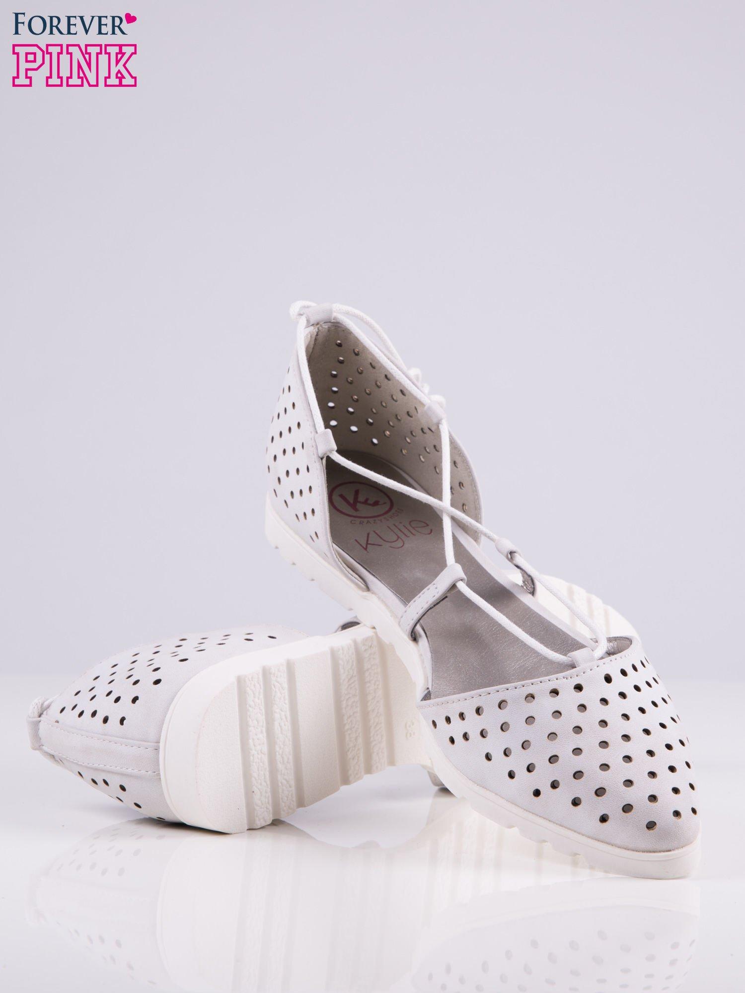 Białe ażurowe sandały wiązane wokół kostki                                   zdj.                                  3