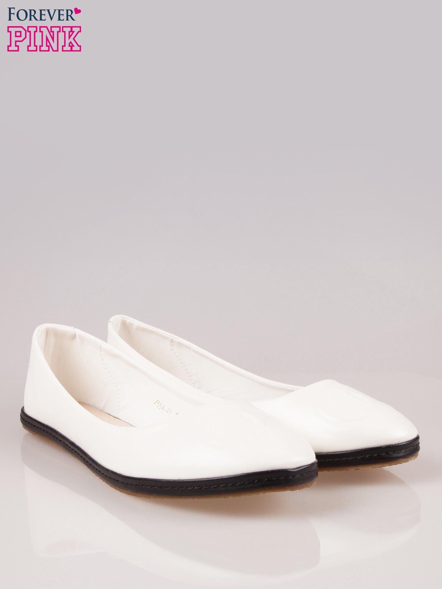 Białe baleriny Sunny ze smukłym noskiem na kontrastowej podeszwie                                  zdj.                                  2