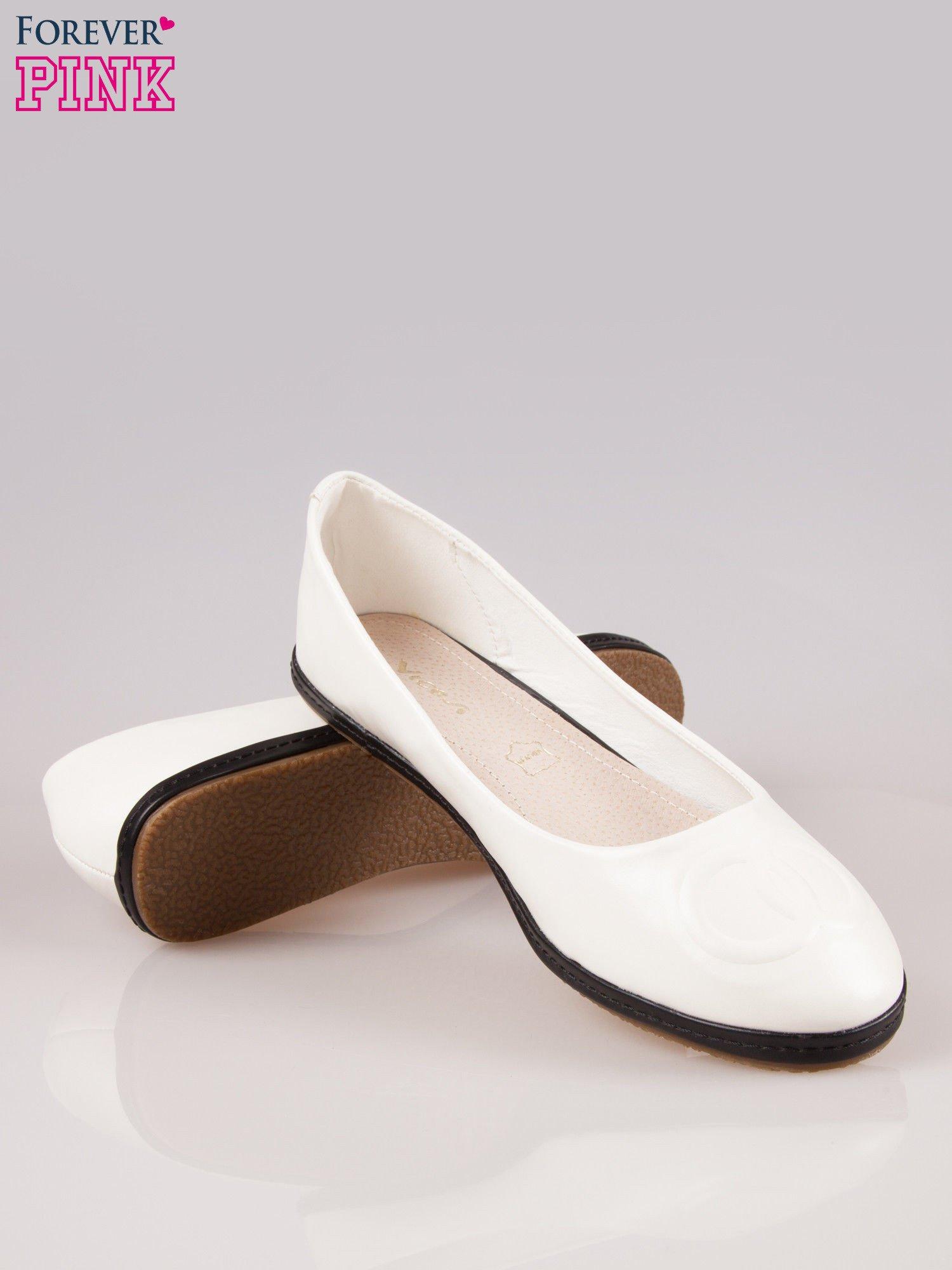 Białe baleriny Sunny ze smukłym noskiem na kontrastowej podeszwie                                  zdj.                                  4