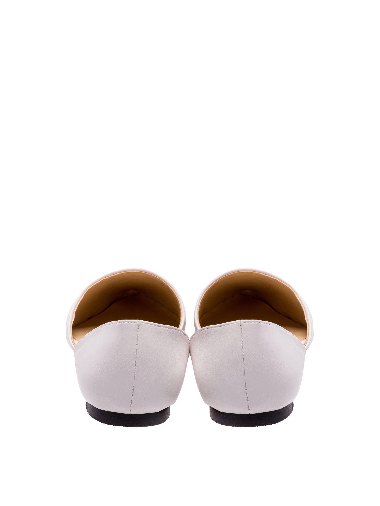 Białe baleriny wycięte po bokach z czubkiem w wężowy wzór                                  zdj.                                  3