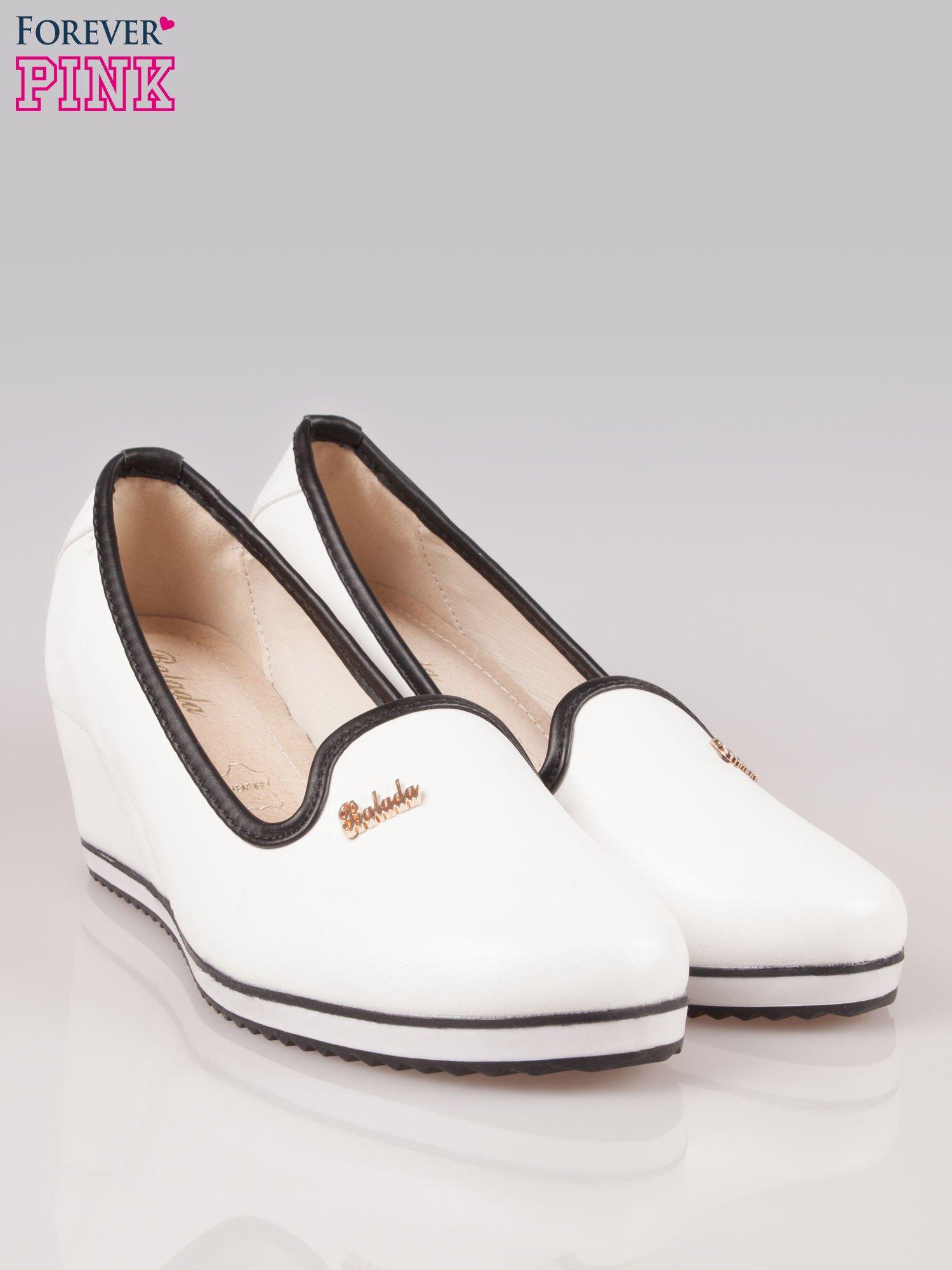 Białe casualowe koturny faux leather Whimsy z czarną lamówką                                  zdj.                                  2