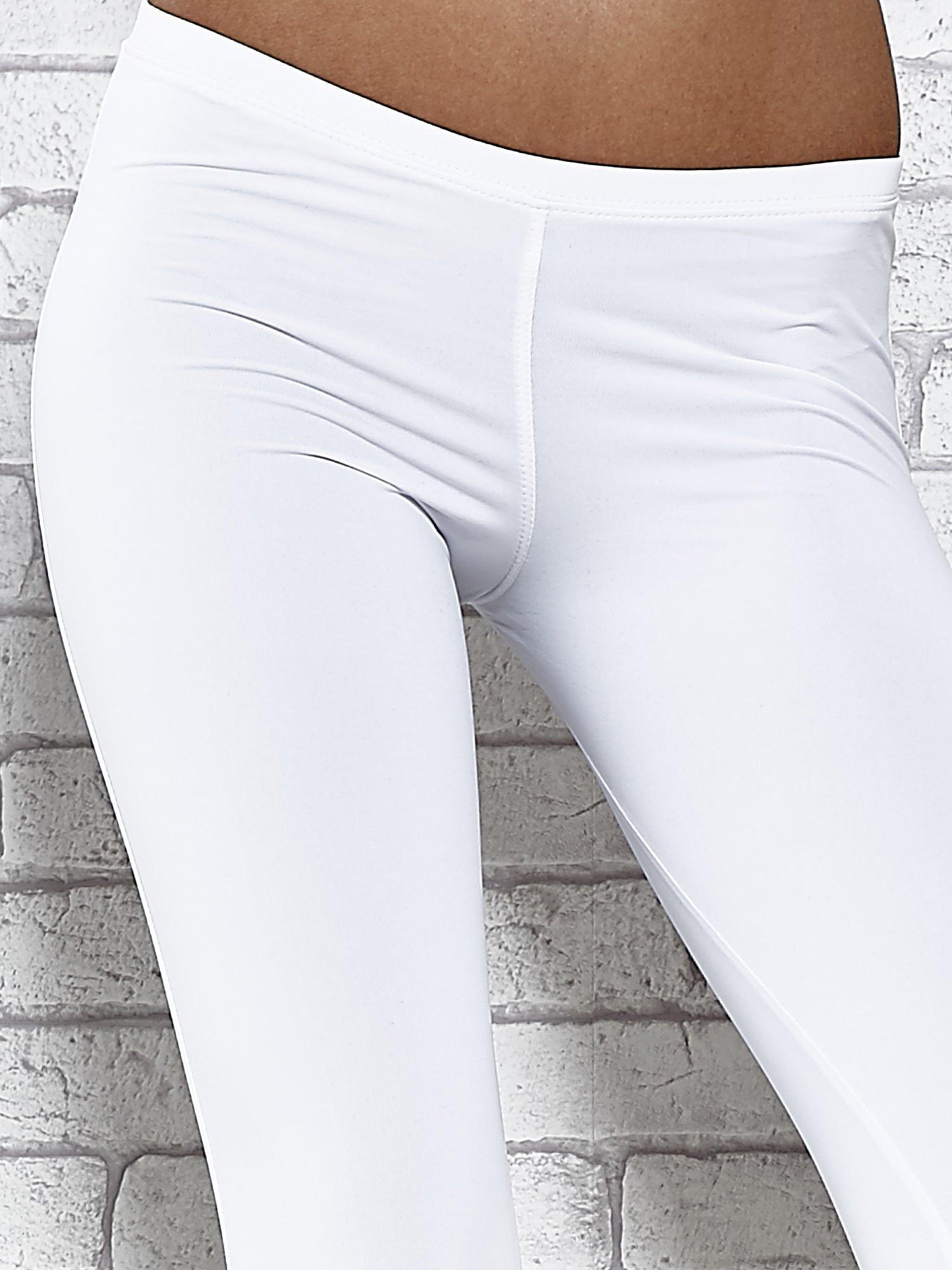 Białe legginsy sportowe termalne z dżetami na nogawkach                                  zdj.                                  4