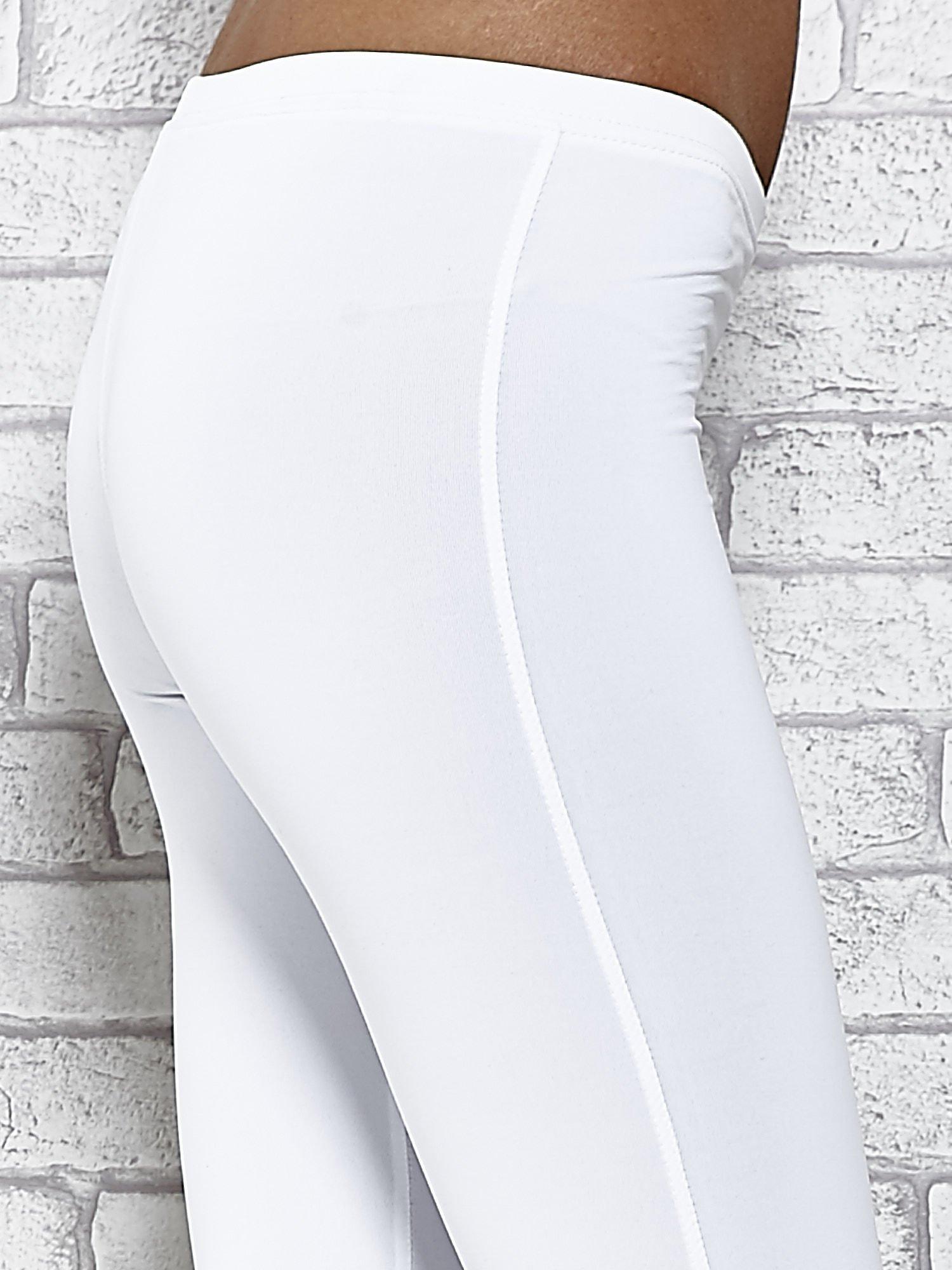 Białe legginsy sportowe termalne z dżetami na nogawkach                                  zdj.                                  5