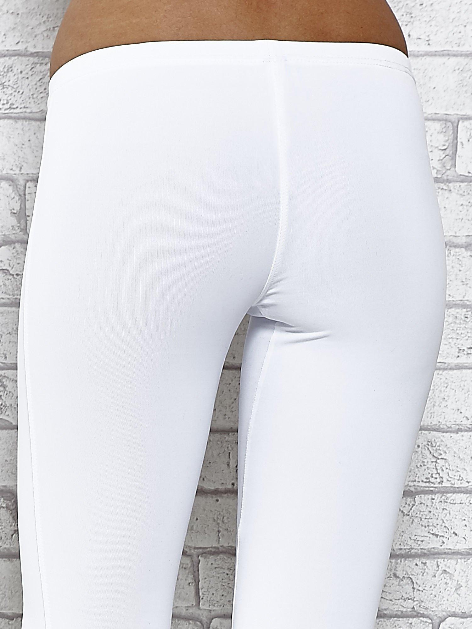 Białe legginsy sportowe termalne z dżetami na nogawkach                                  zdj.                                  7