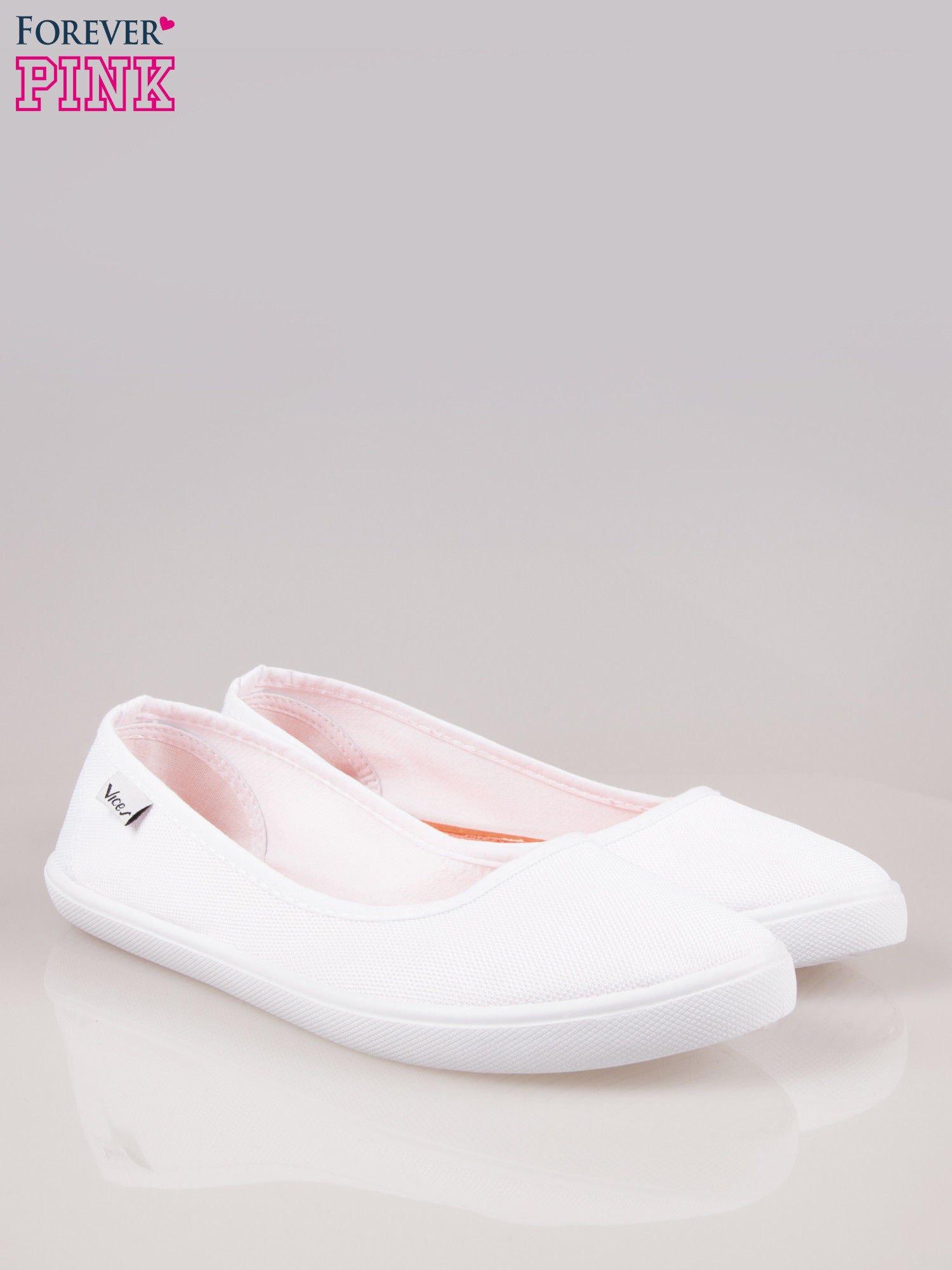 Białe lekkie balerinki na elastycznej podeszwie                                  zdj.                                  2