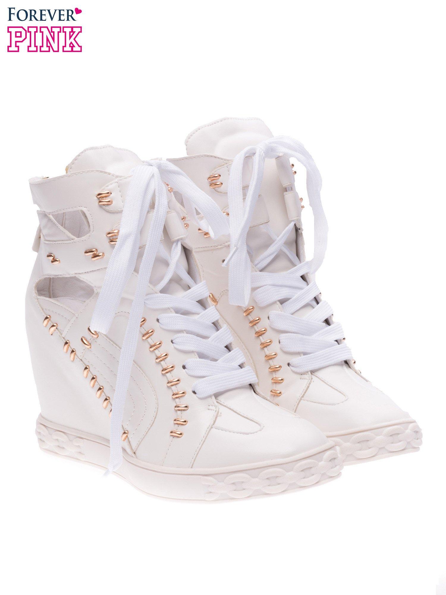 Białe sneakersy ze złotymi elementami                                  zdj.                                  2