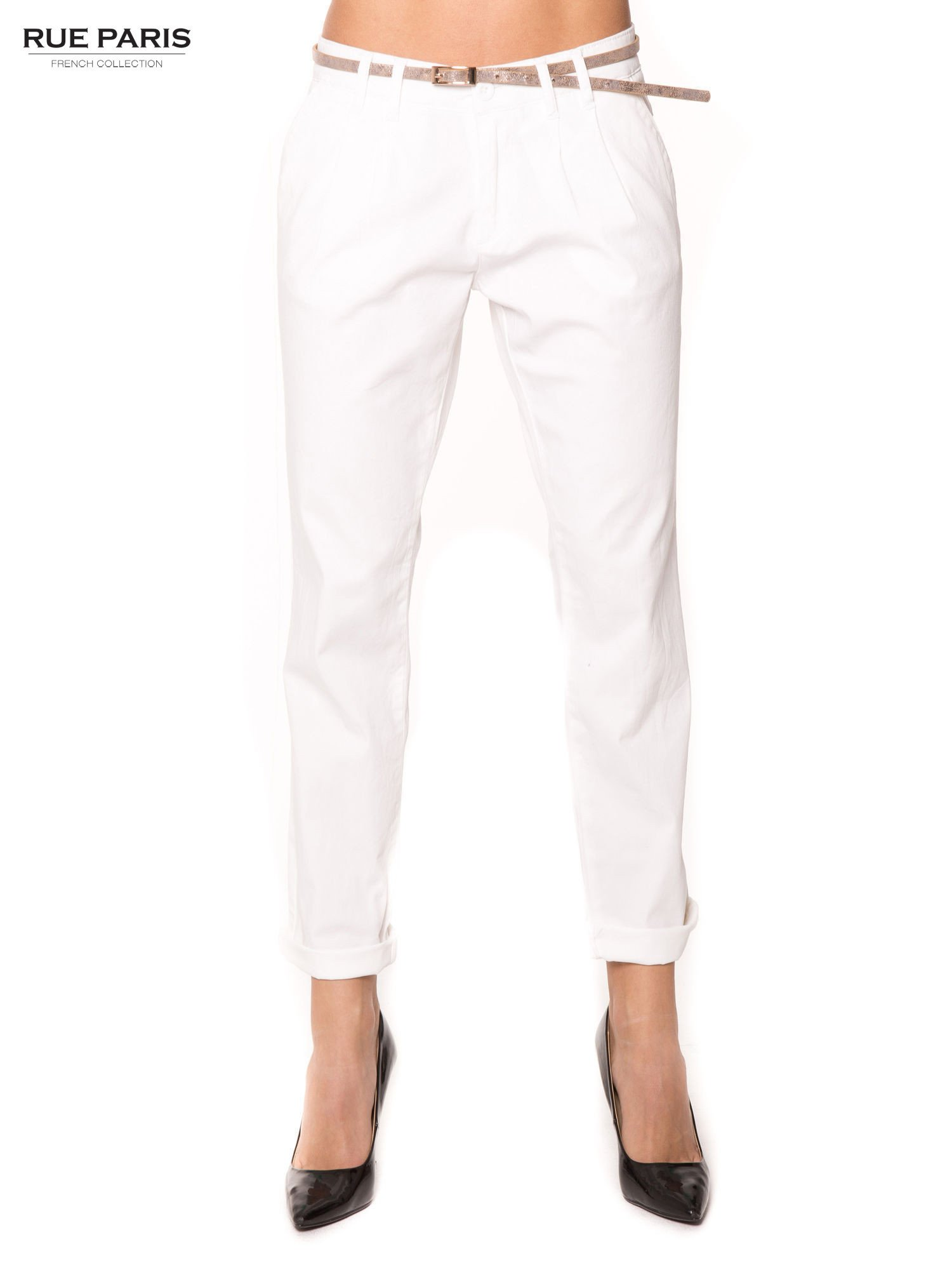 Białe spodnie z paskiem z lakierowanej skóry                                  zdj.                                  1