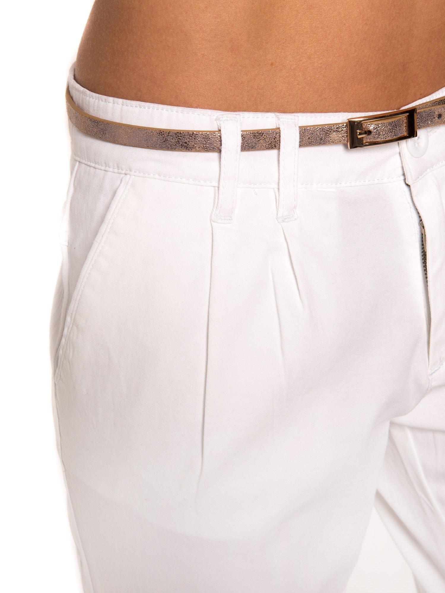 Białe spodnie z paskiem z lakierowanej skóry                                  zdj.                                  4