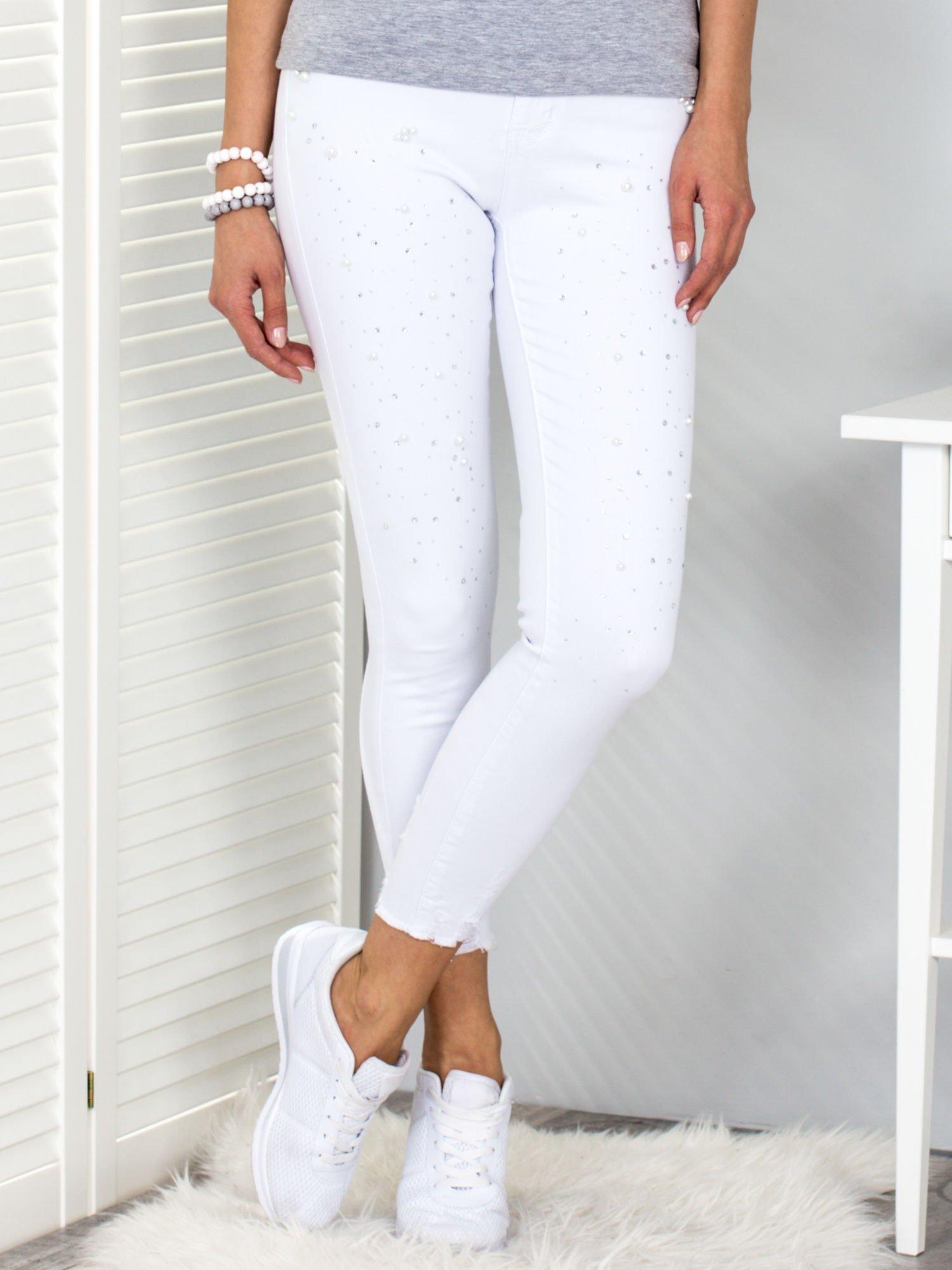 Białe spodnie z perełkami i dżetami