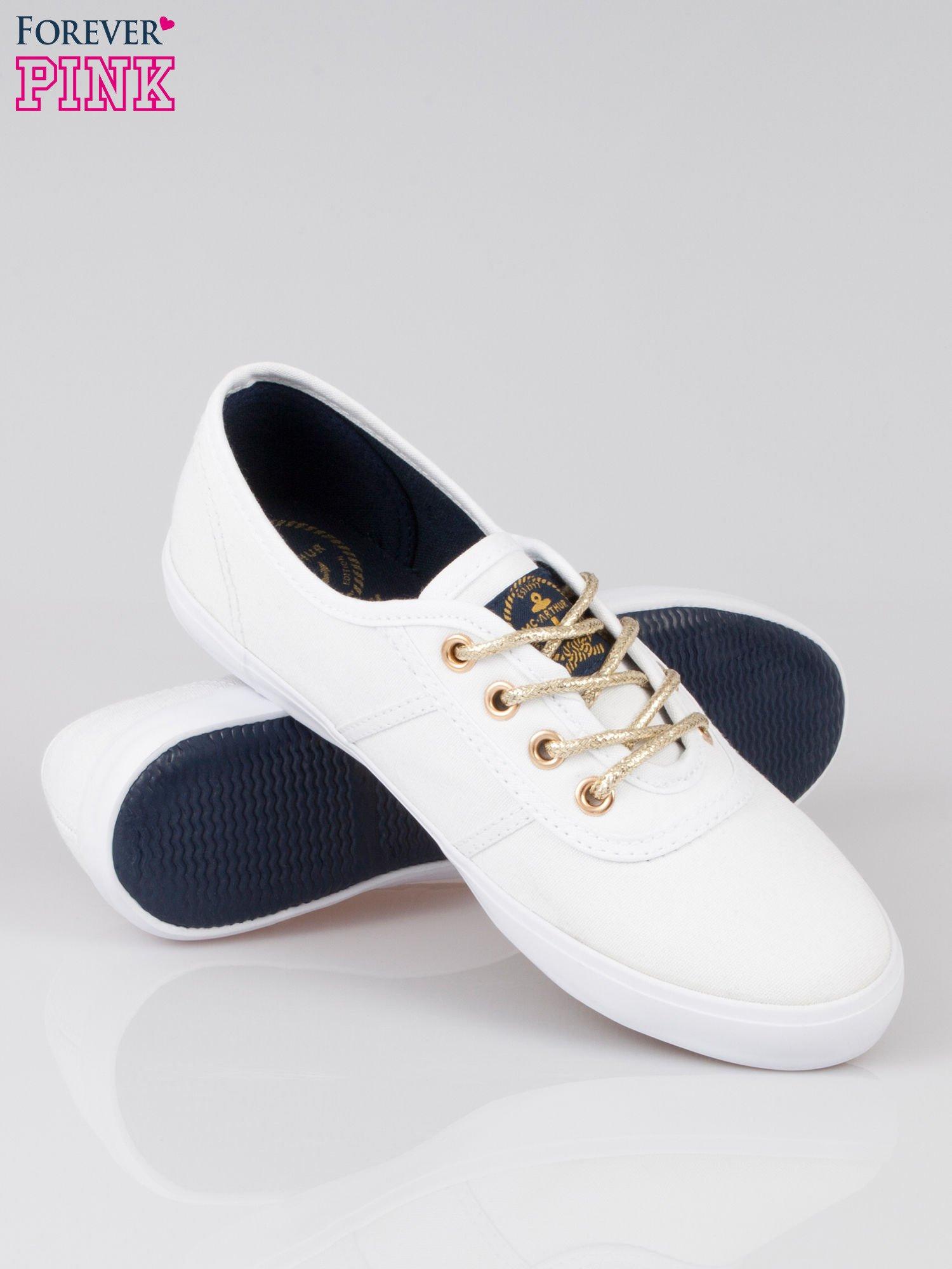 Białe tenisówki w stylu żeglarskim                                  zdj.                                  4
