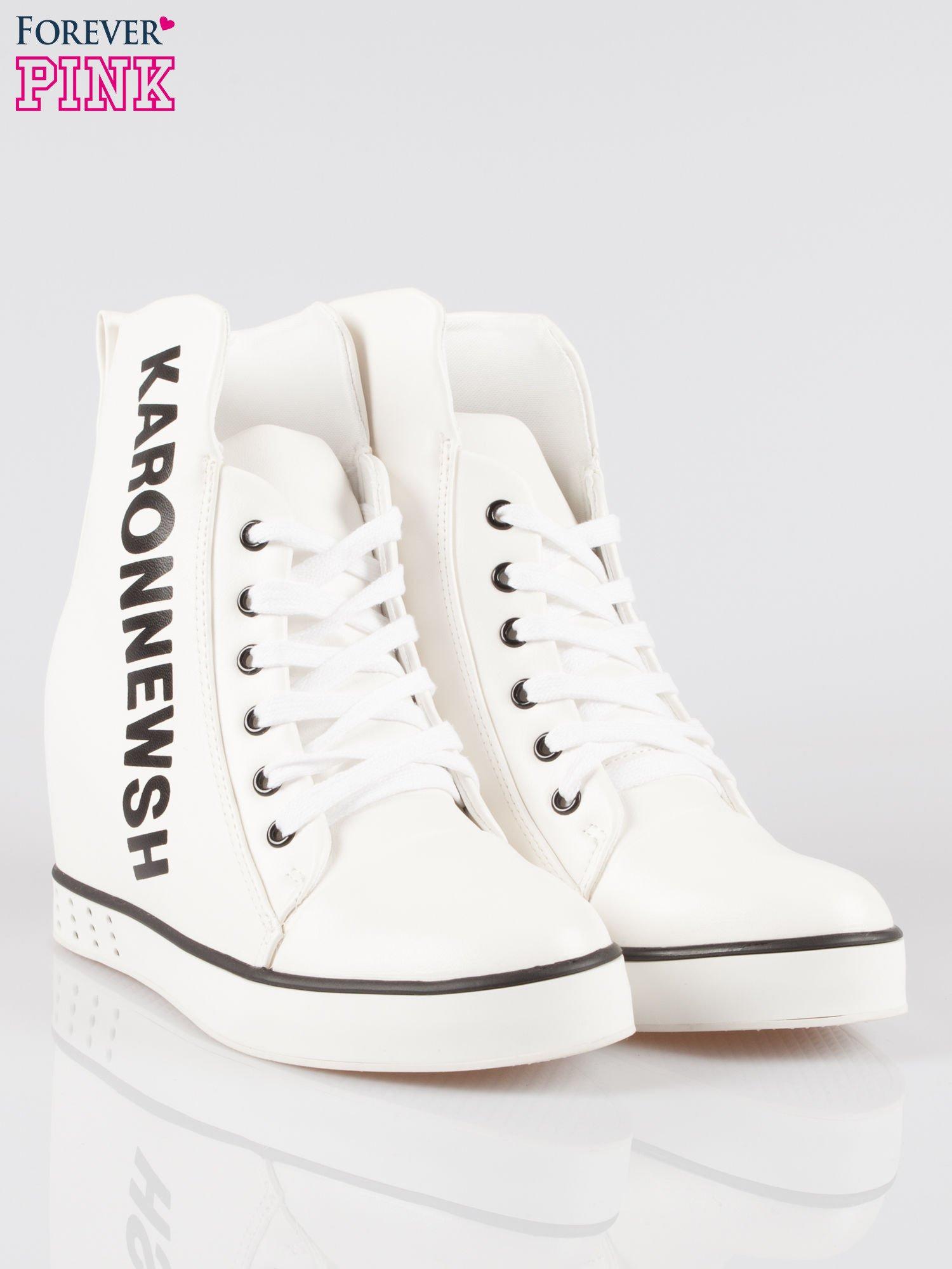 09c577c6 Białe trampki na koturnie z nadrukiem tekstowym - Buty Sneakersy ...